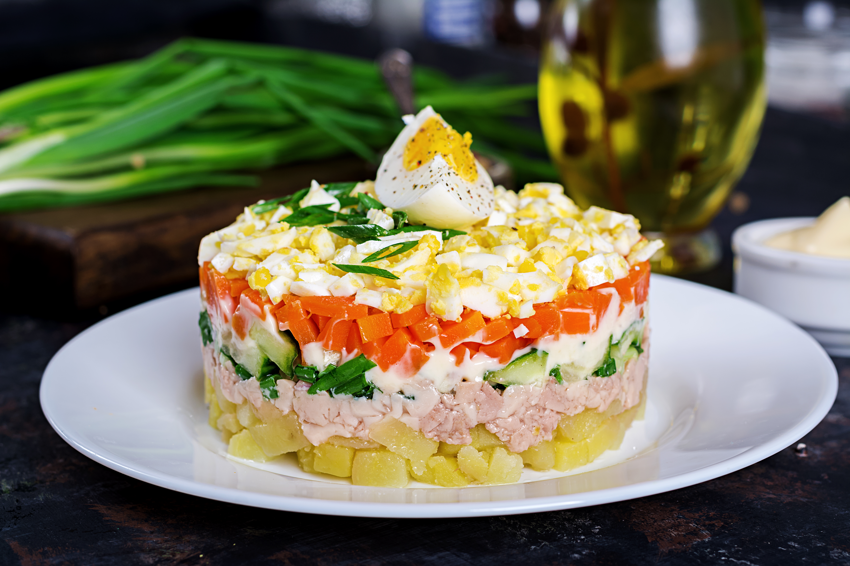Салат с печенью трески, морковью и свежим огурцом