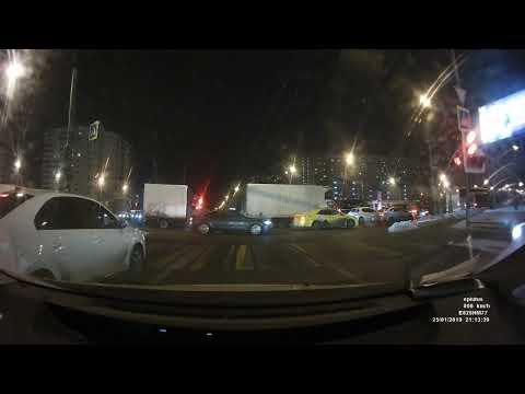 """Фото https://youtu.be/LciYn-3HZl8  С 0:25. Москва.   """"25.12.19 ДТП вечером на пересечении Щелковского шоссе и 16 Парковой. Водитель внедорожника утверждал, что ехал на зеленый свет. Пришлось выложить"""