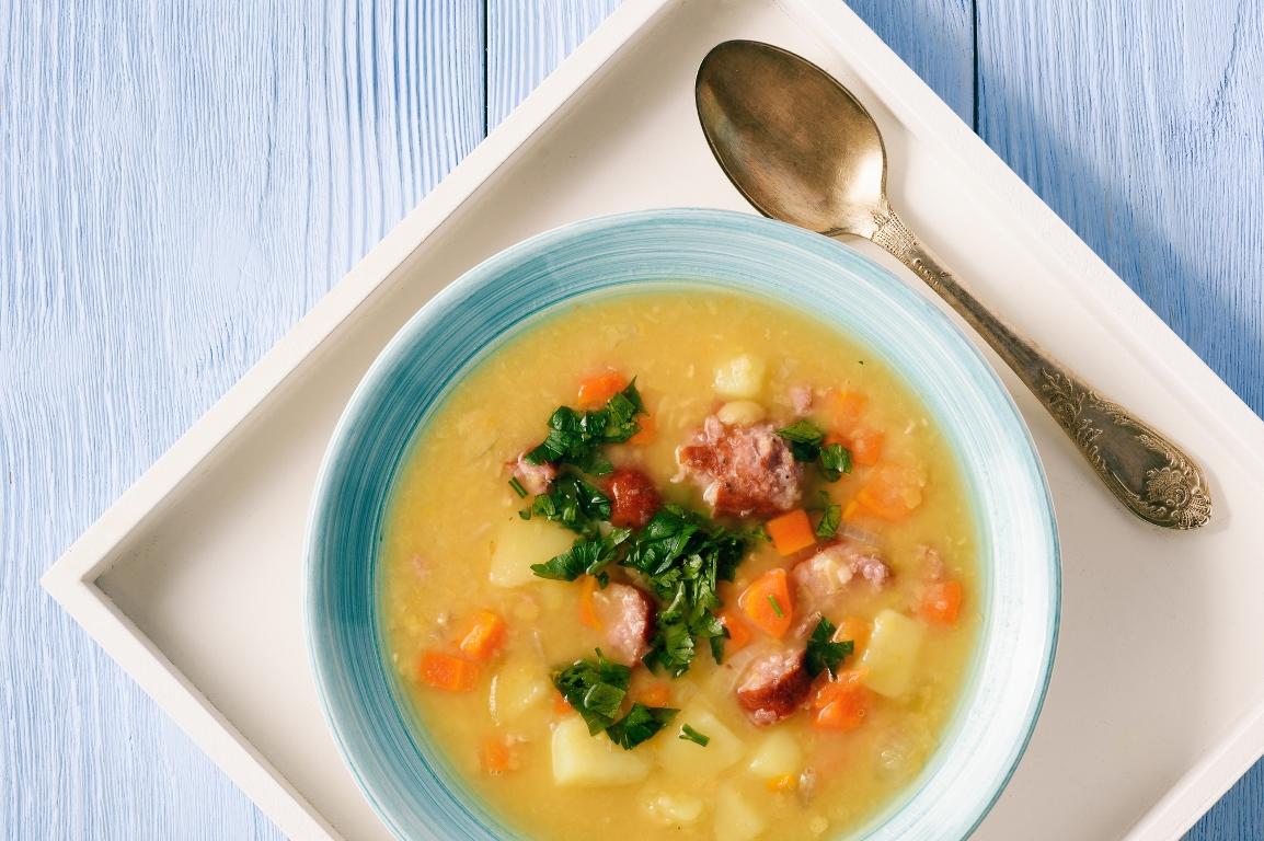 Аппетитный гороховый суп с копченостями