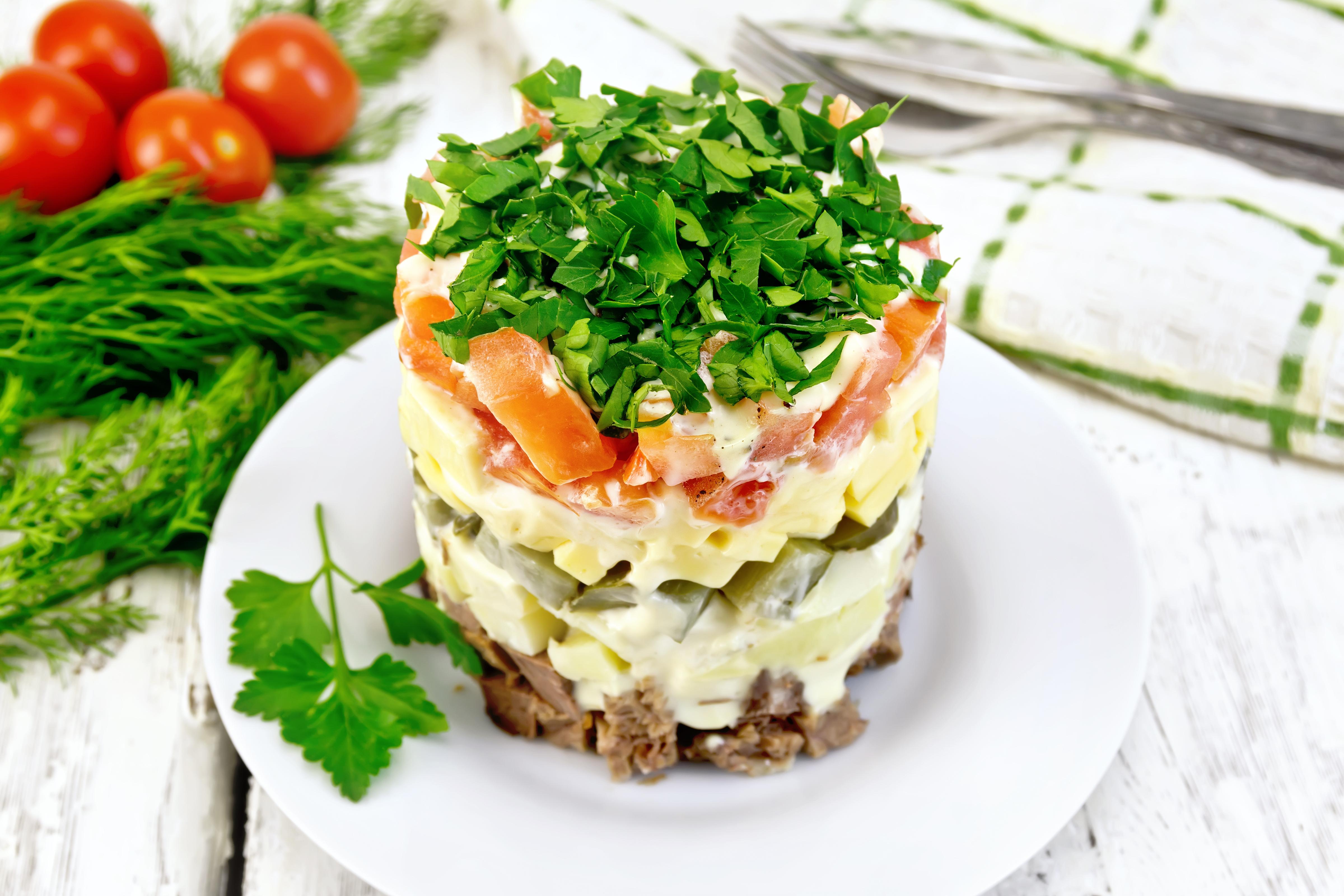 Слоёный салат с говядиной, сыром и овощами