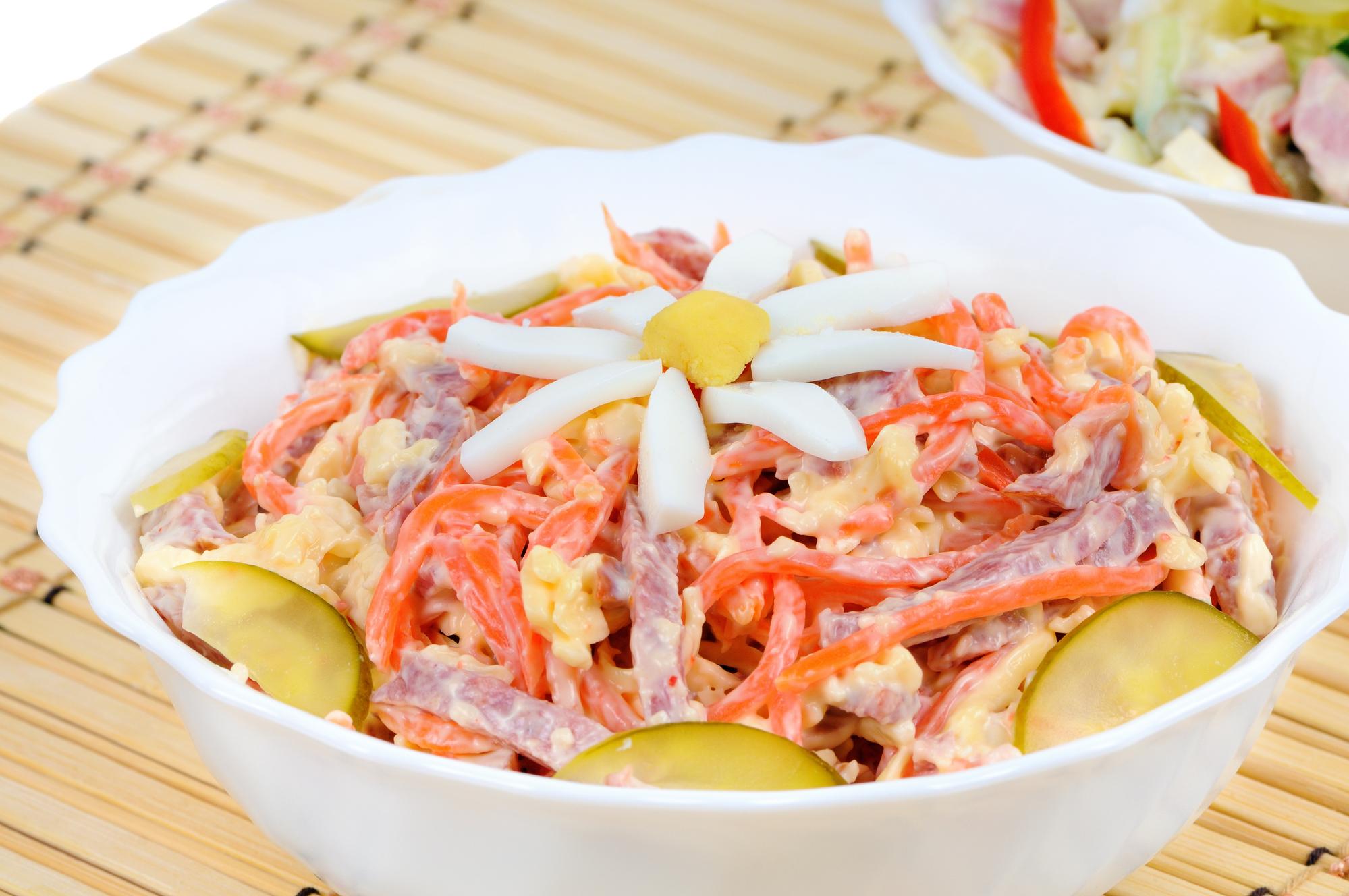 Салат с телятиной, морковью и солеными огурцами