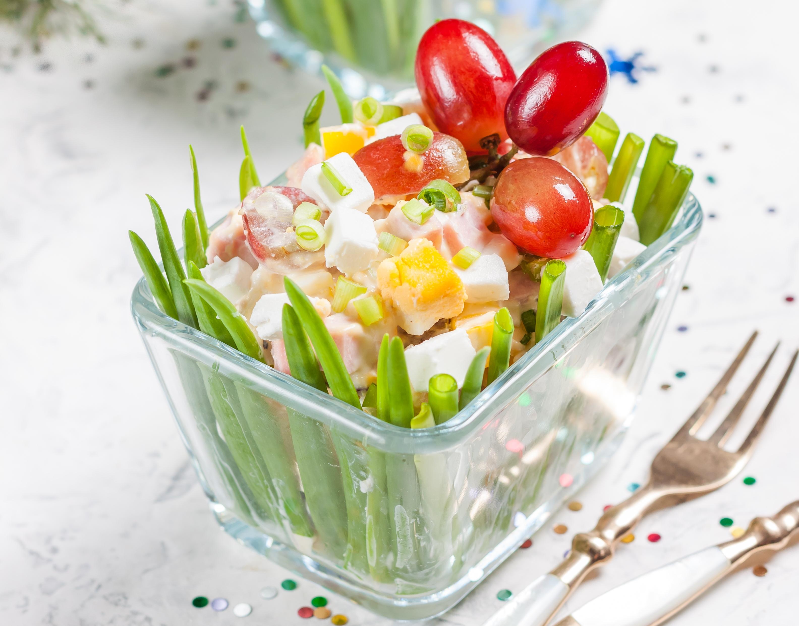 Салат с копчёной курицей, фетой и виноградом