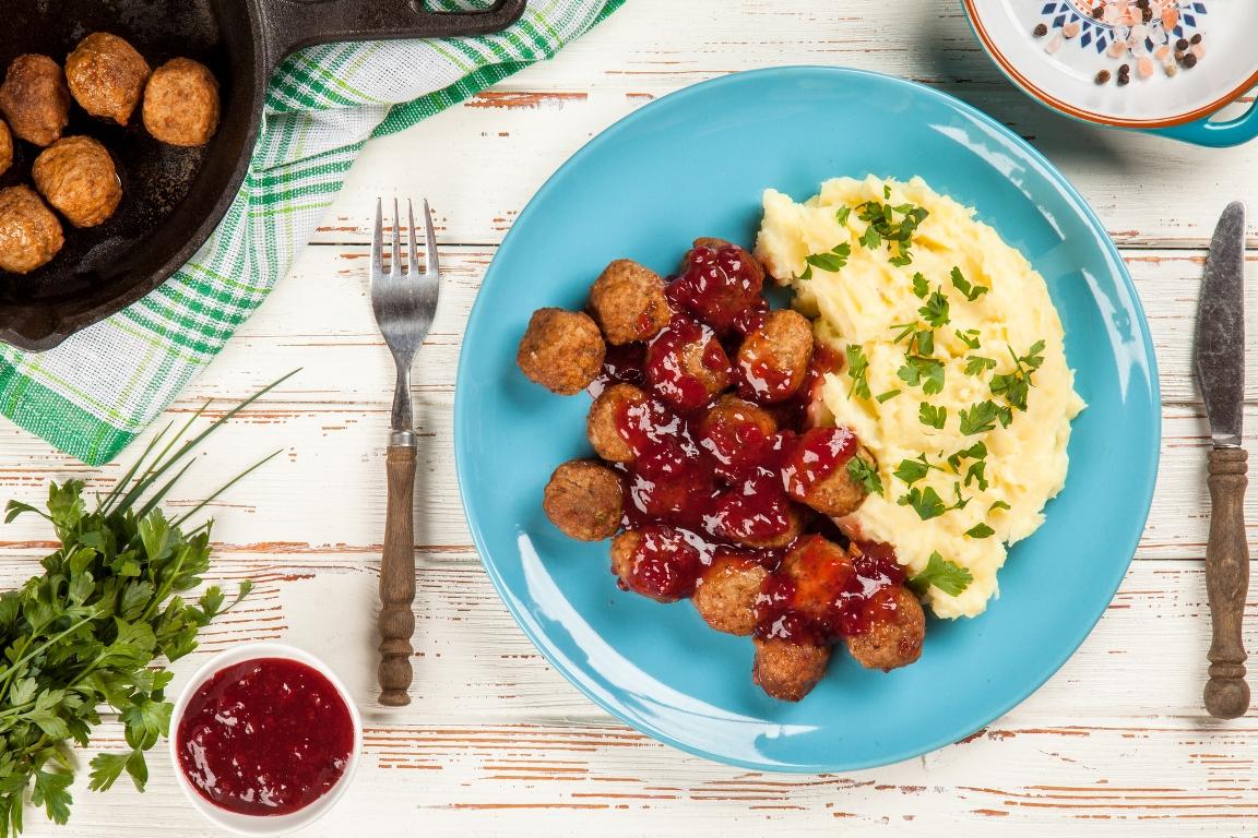 Вкуснейшие шведские тефтели с брусничным соусом