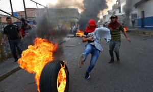 Venezuela: at least four dead and hundreds injured in border standoff