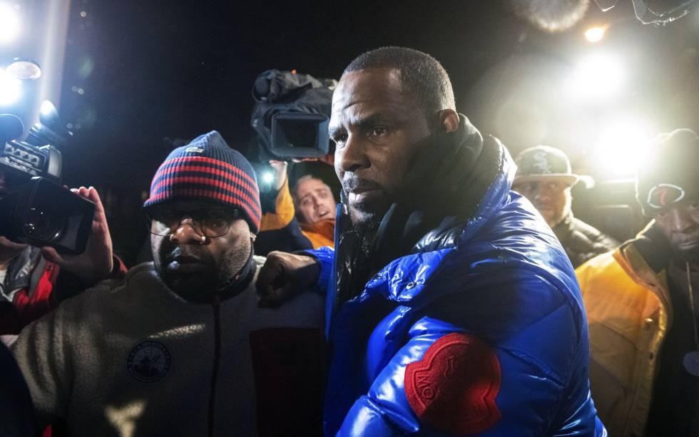 Photo of El juez fija una fianza de un millón de dólares para el cantante R. Kelly, acusado de abusar de tres menores