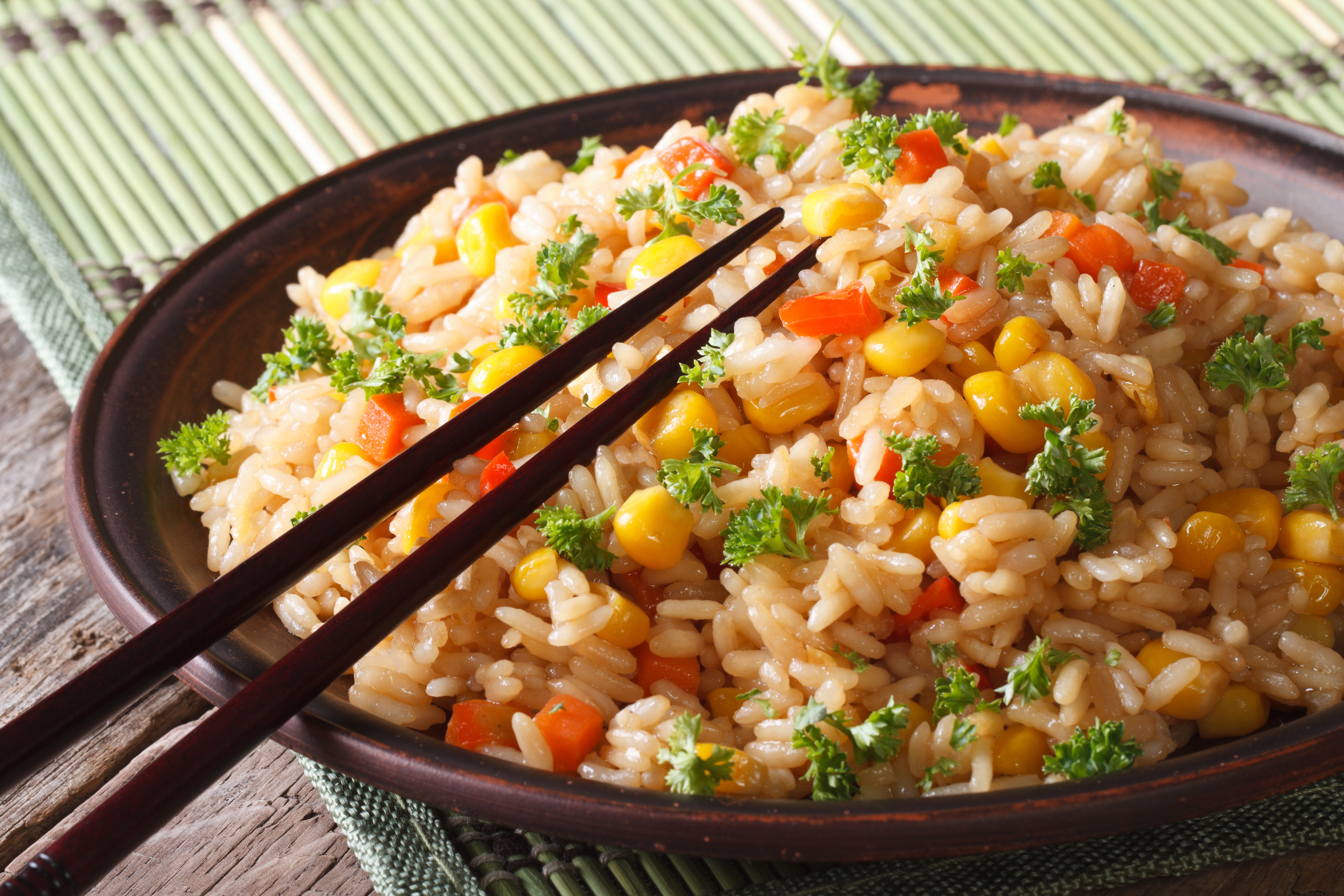 Чесночный рис с морковью и кукурузой