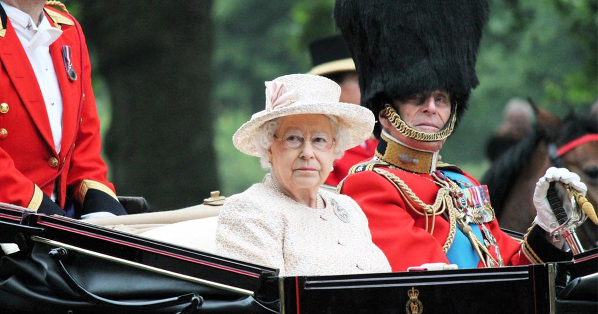 Жизнь без школы и свиданий: чего никогда не делала Елизавета II