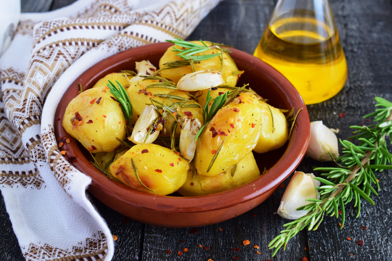 Картофель с розмарином и чесноком в духовке