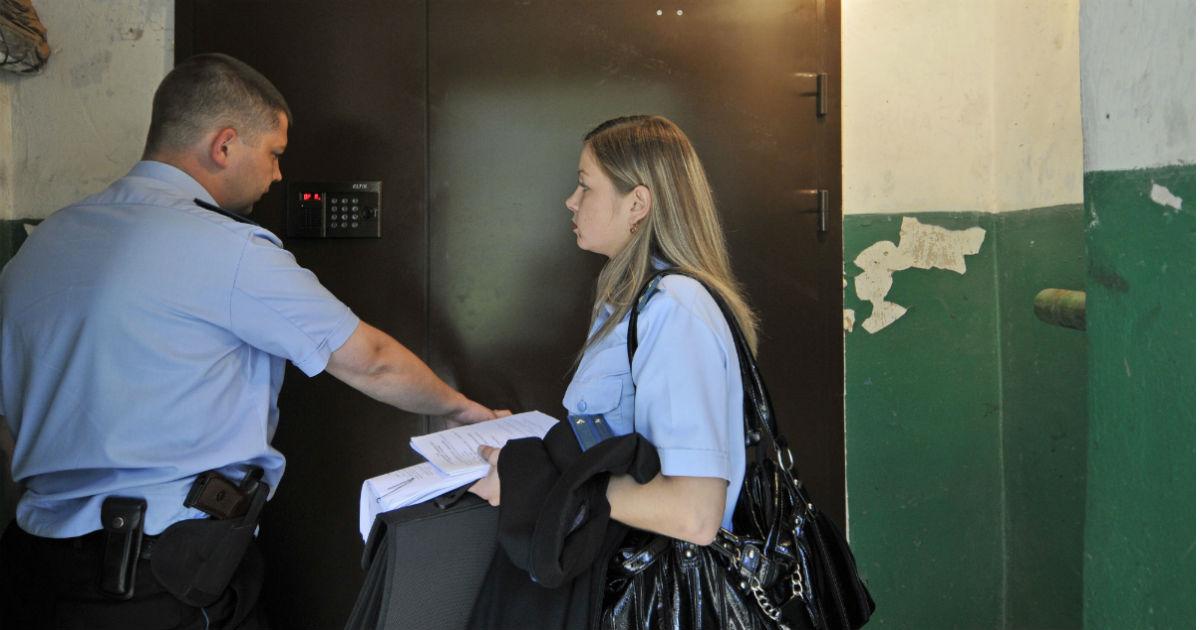 """Фото Банки стали активно продавать """"ипотечные"""" квартиры вместе с жильцами"""