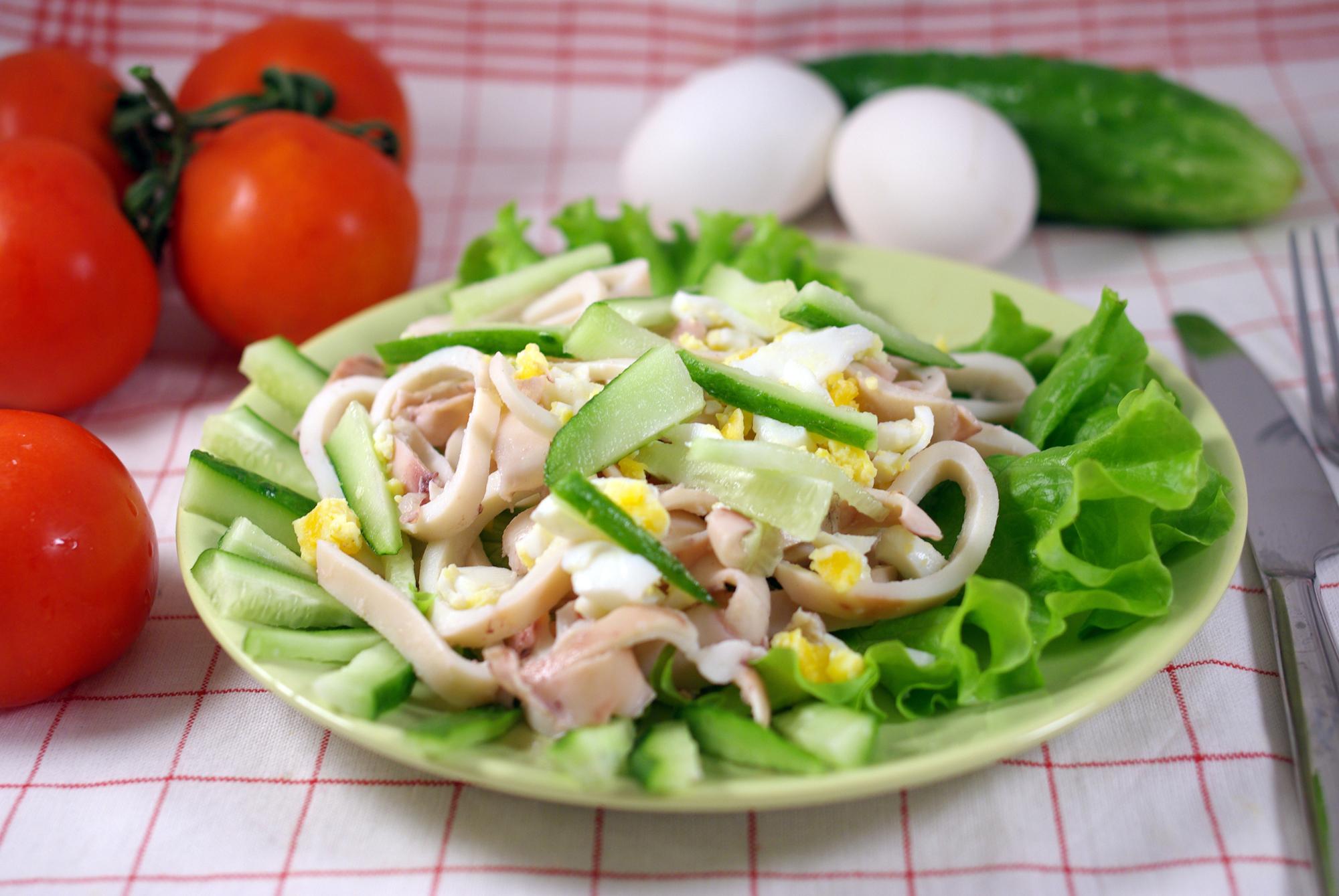Простой и вкусный салат из кальмаров и яиц