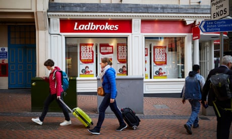 Photo of Bookmakers prepare for store closures as FOBT stake is cut