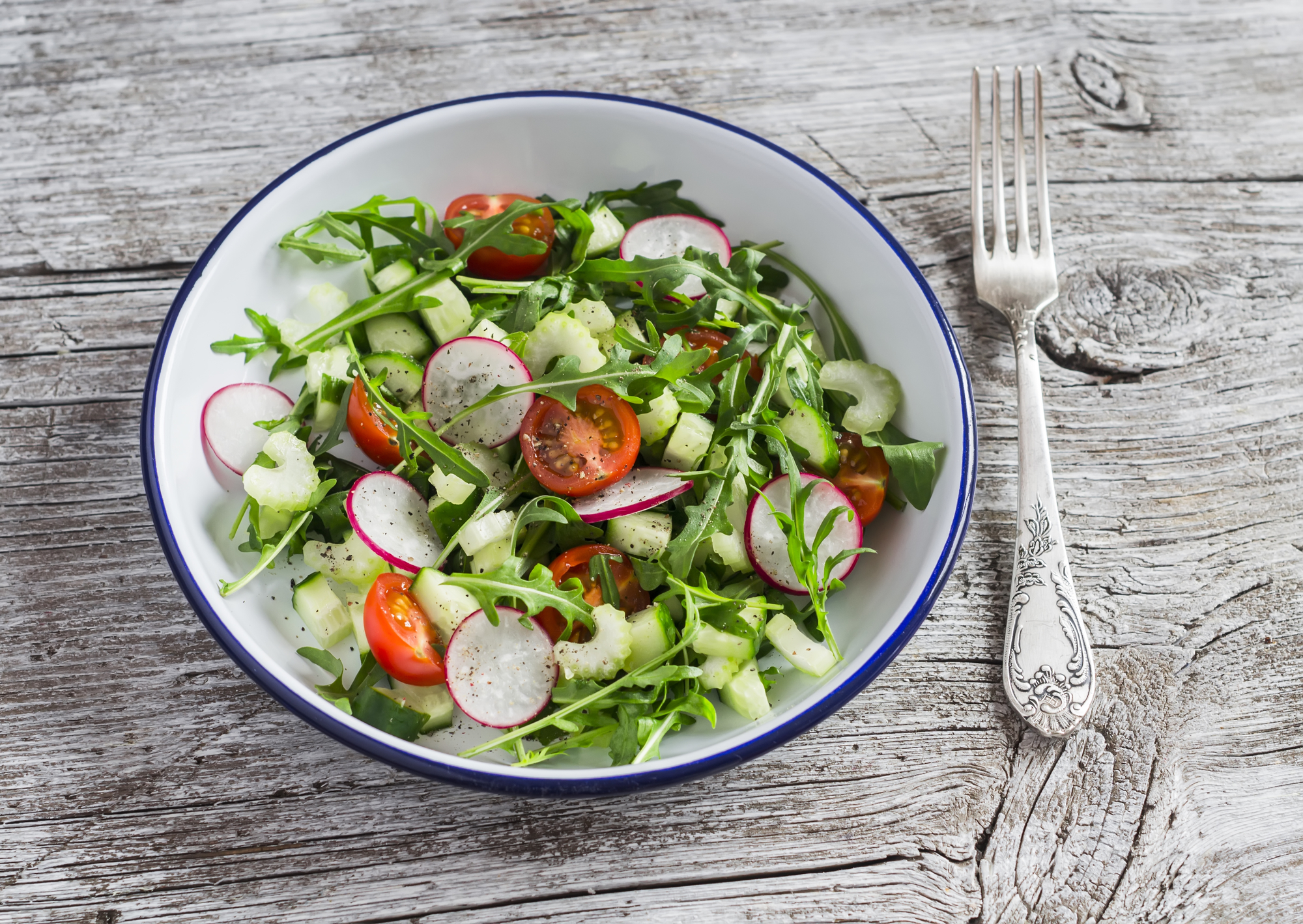 Весенний салат с редиской, помидорами черри и рукколой