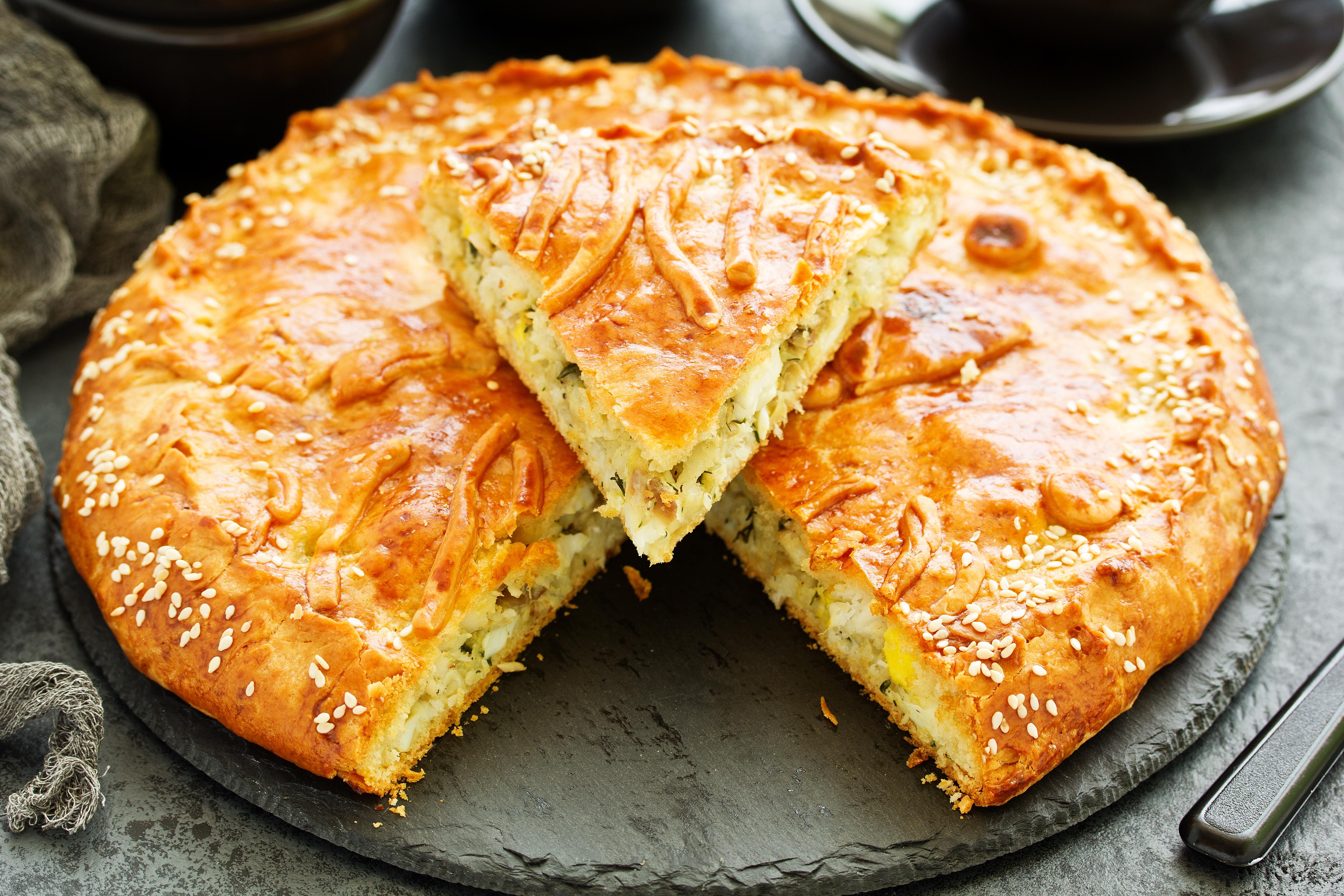 Пирог с рыбой и яйцами