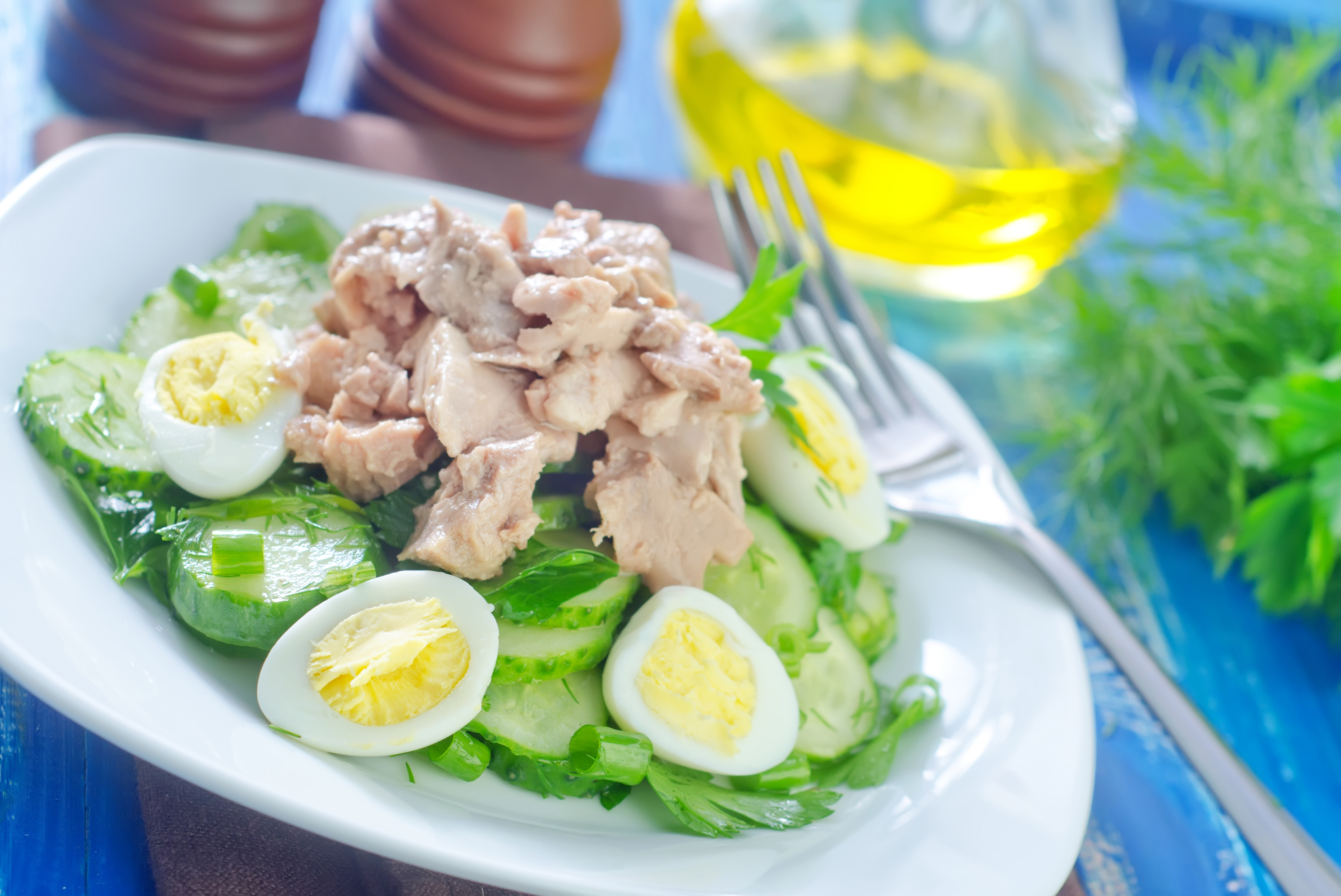 Салат из печени трески с перепелиными яйцами и огурцом
