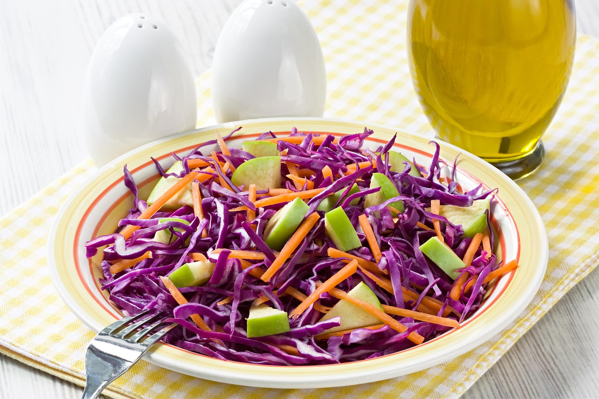 Витаминный салат из красной капусты, яблок и моркови