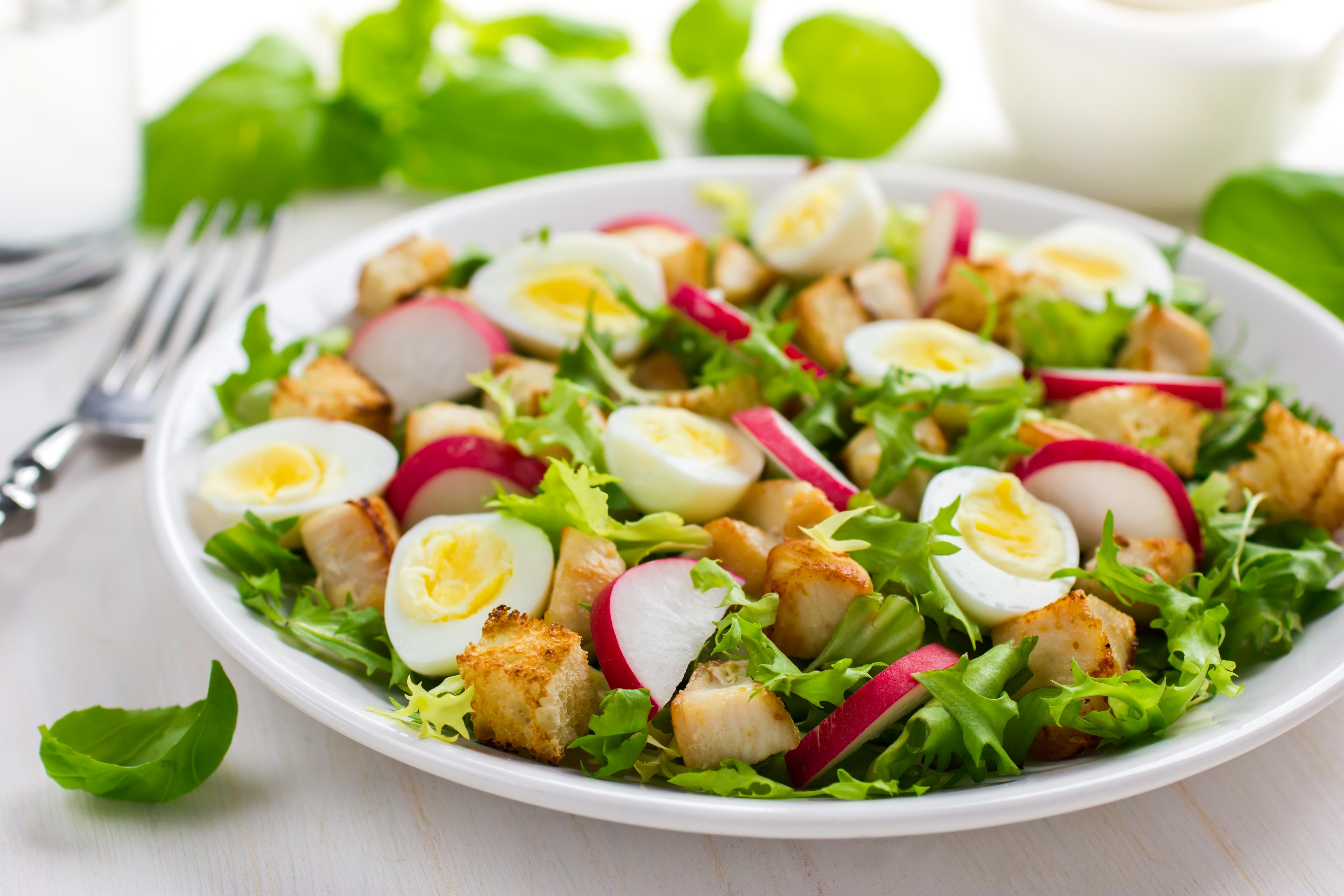 Салат с редисом, курицей и перепелиными яйцами
