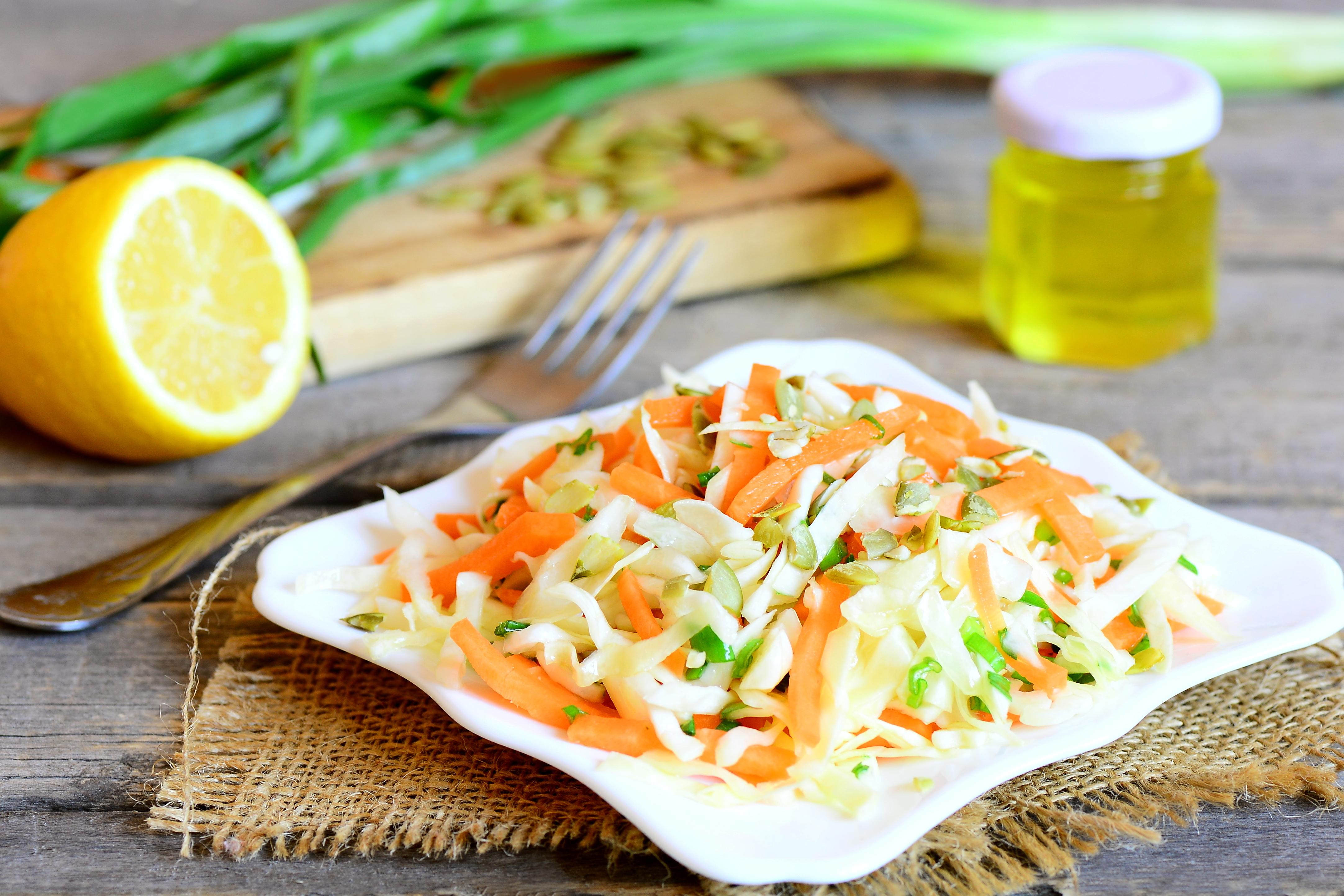 Салат из капусты и моркови с тыквенными семечками