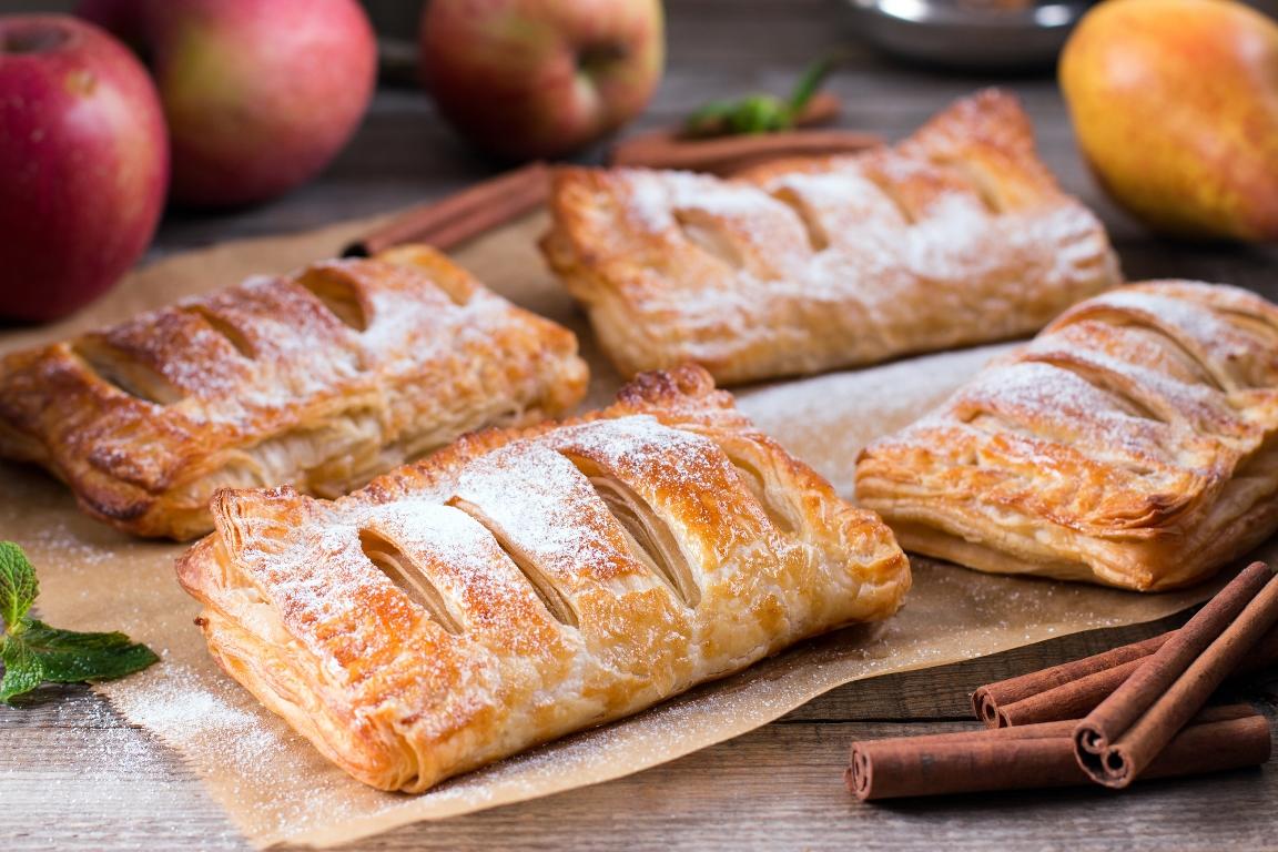 Ароматные слойки с яблоками