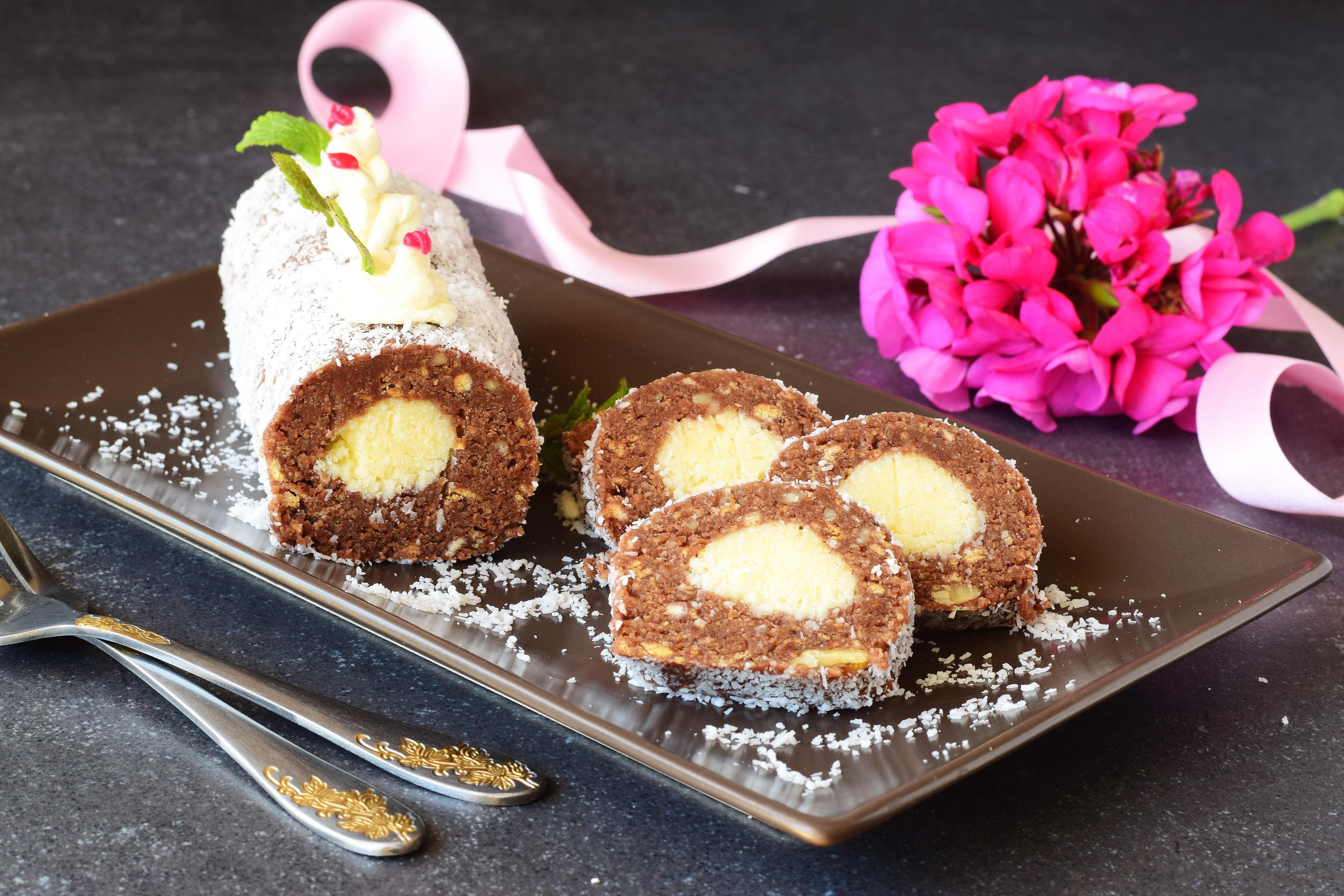 Рулет из печенья с кокосовой стружкой без выпечки