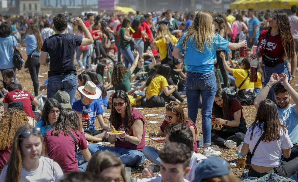 Photo of Una fiesta sin permiso de 25.000 jóvenes universitarios desafía al alcalde de Valencia