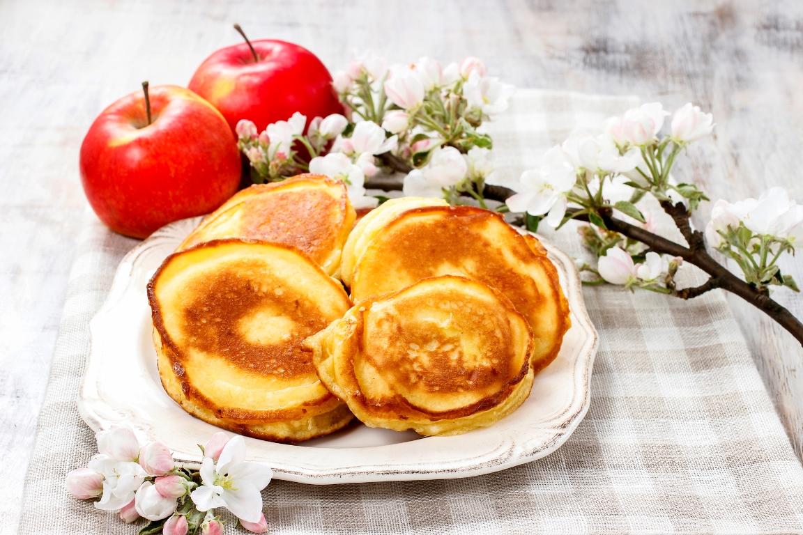 Пышные и нежные оладьи с яблоком