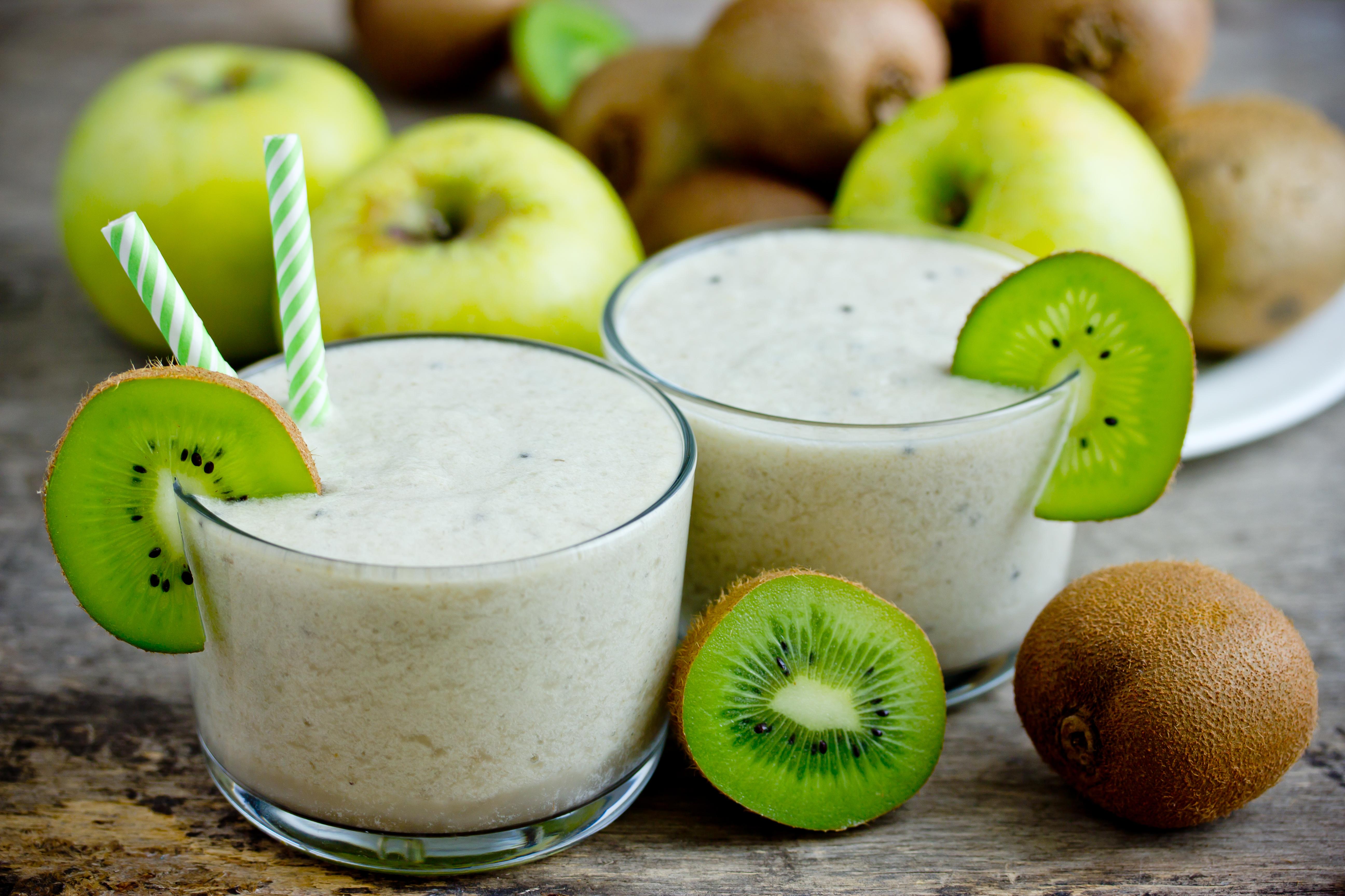 Смузи с яблоком, киви, мёдом и имбирём