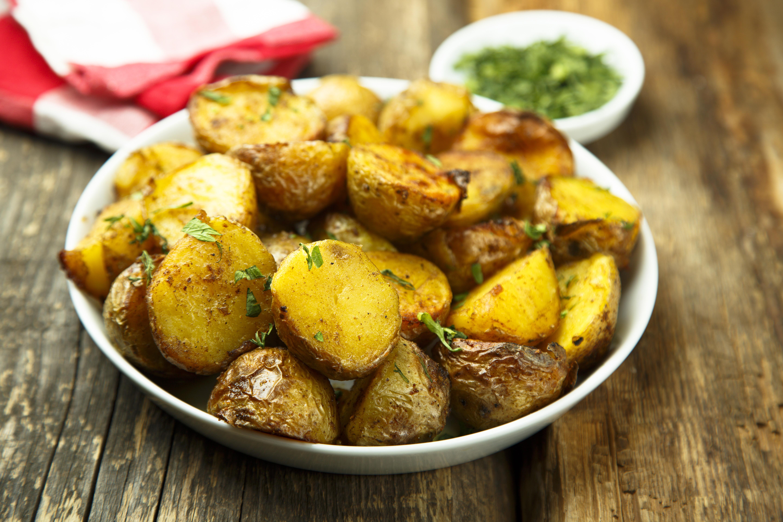 Картофель с чесноком и итальянскими травами в духовке
