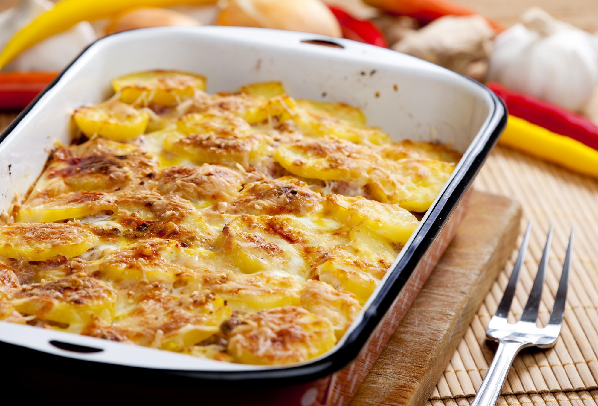 Запеченный картофель с мясом под сливочным соусом