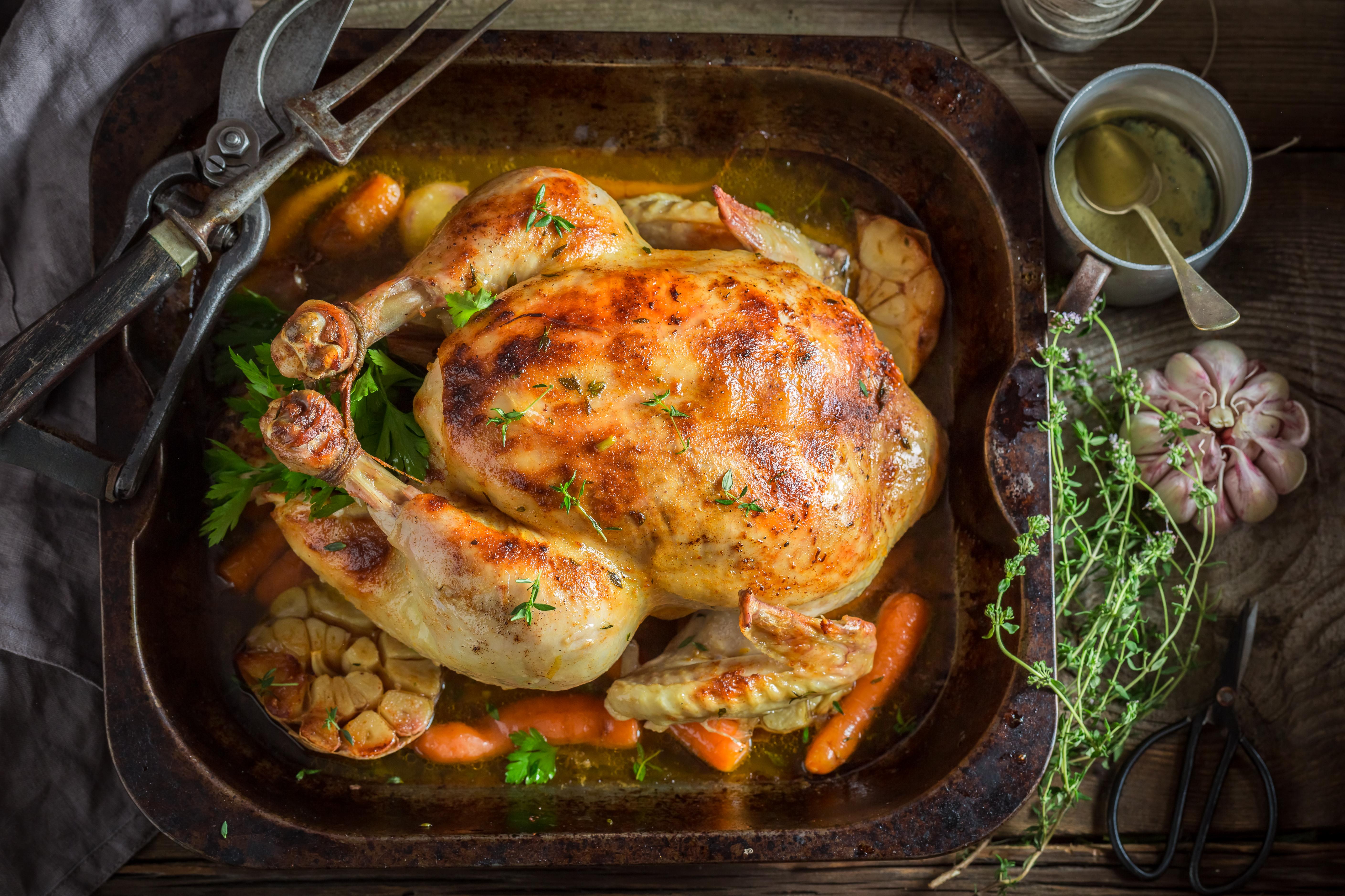 Курица с овощами и травами в духовке