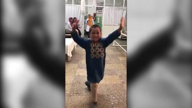 Photo of El feliz baile de un niño afgano con su nueva pierna ortopédica