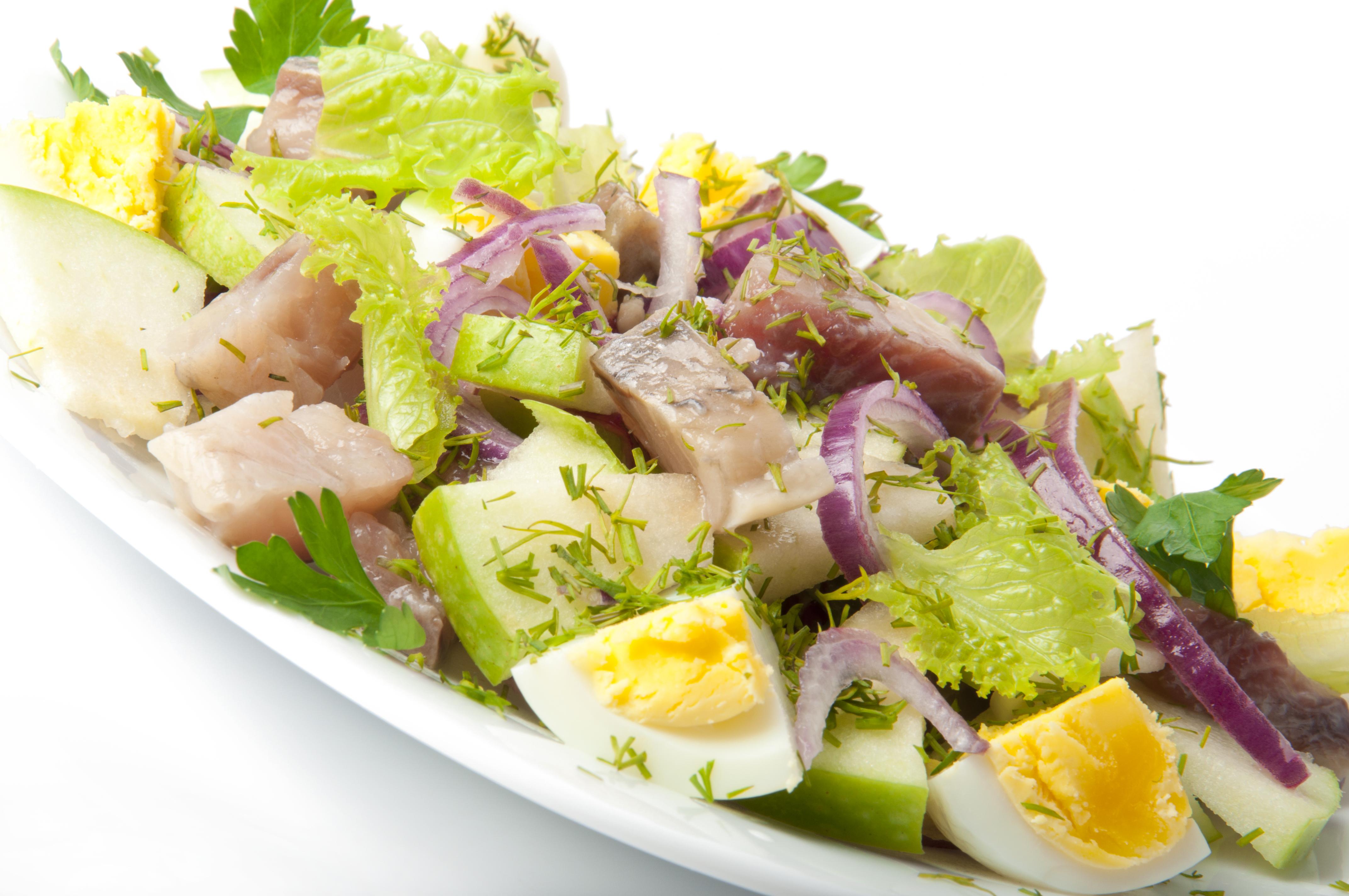 Салат с сельдью, яблоком и яйцом