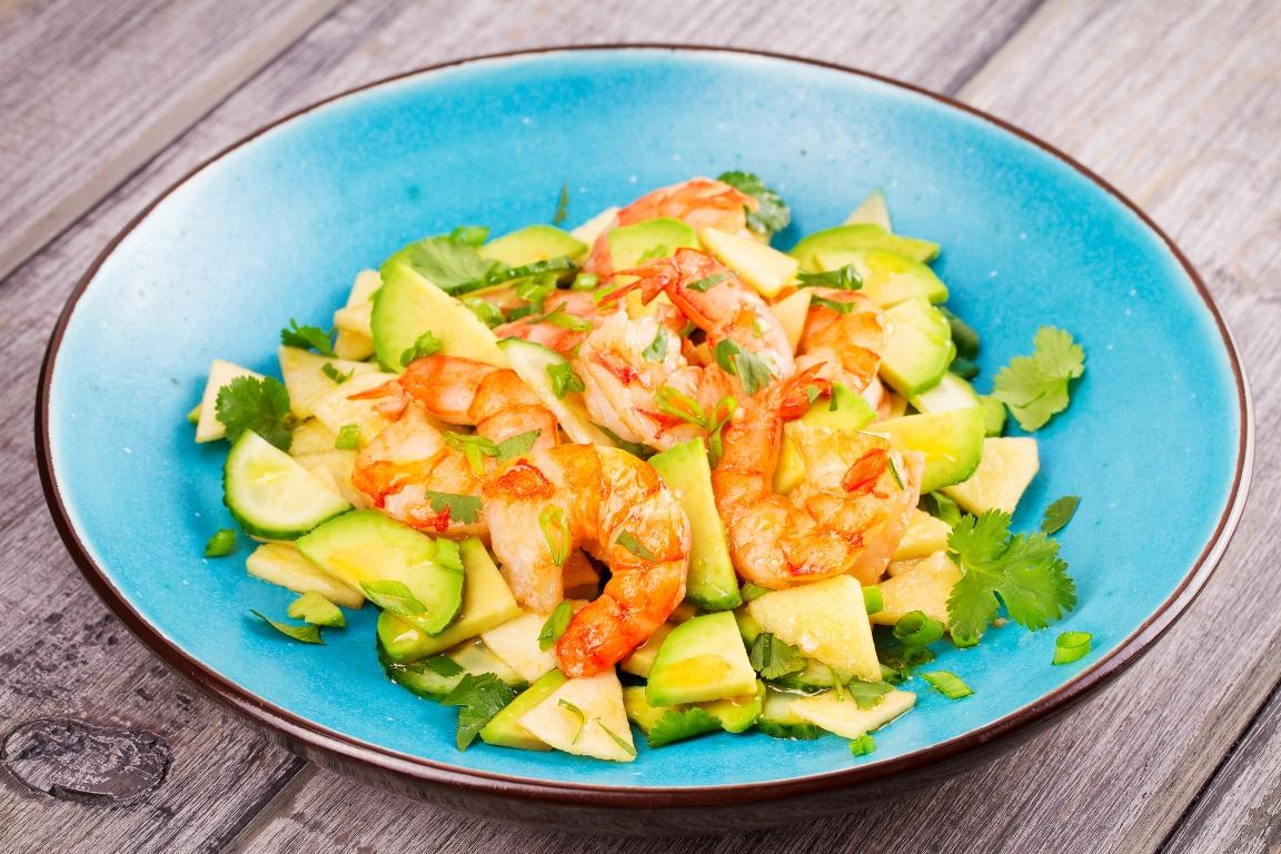 Свежий салат с креветками и авокадо