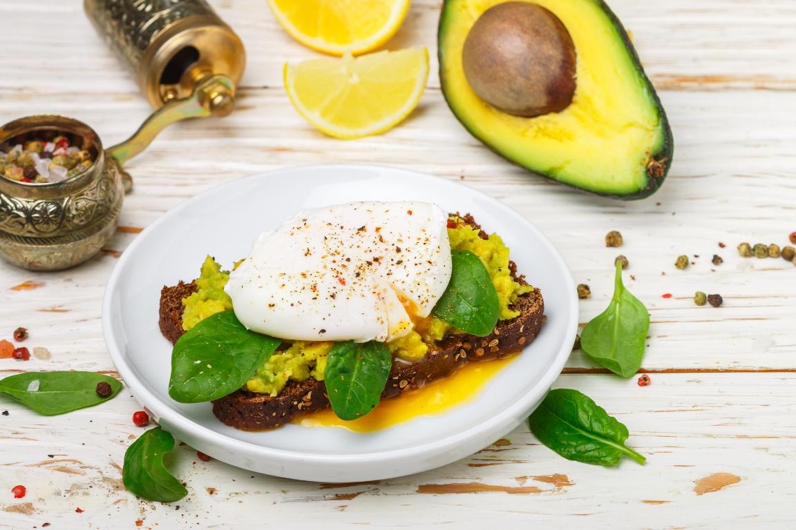 Аппетитный тост с авокадо и яйцом пашот