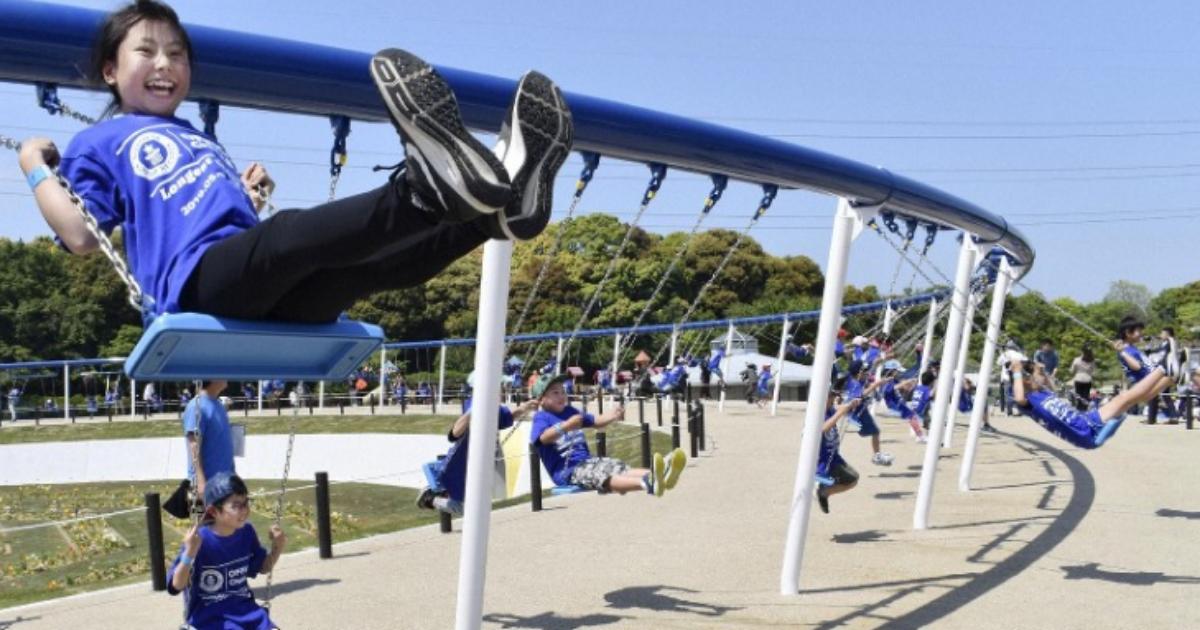 100 человек одновременно: японцы установили самые длинные в мире качели
