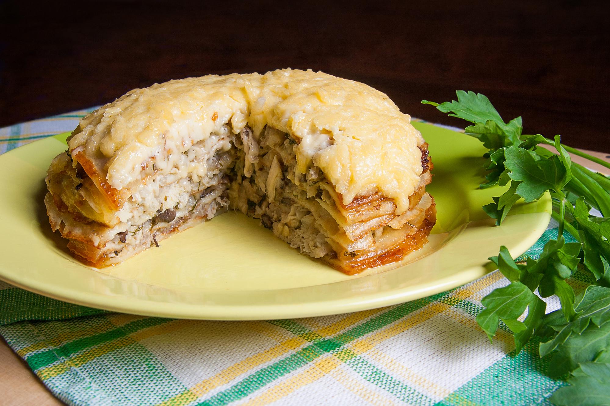 Блинный пирог с грибами и курицей