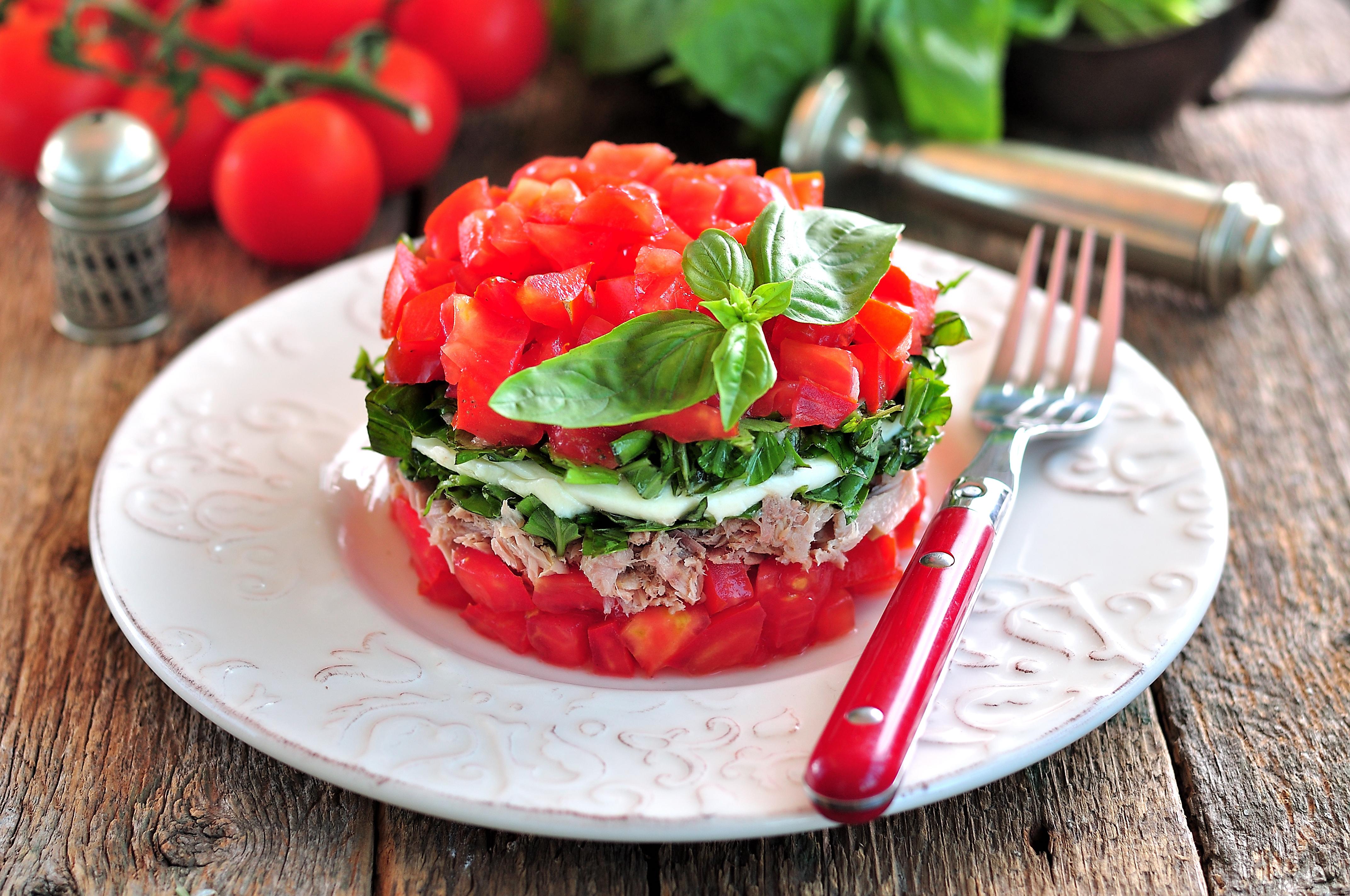Салат с тунцом, моцареллой, помидорами и базиликом