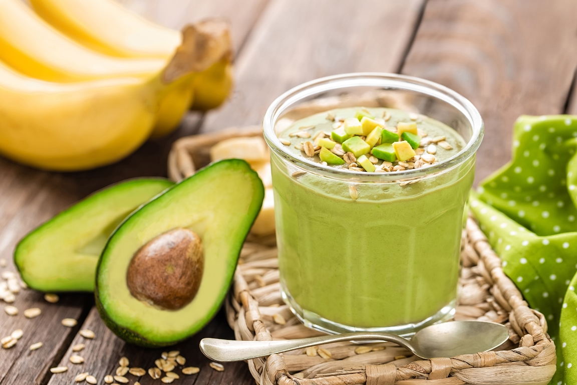 Витаминный смузи с авокадо и бананом