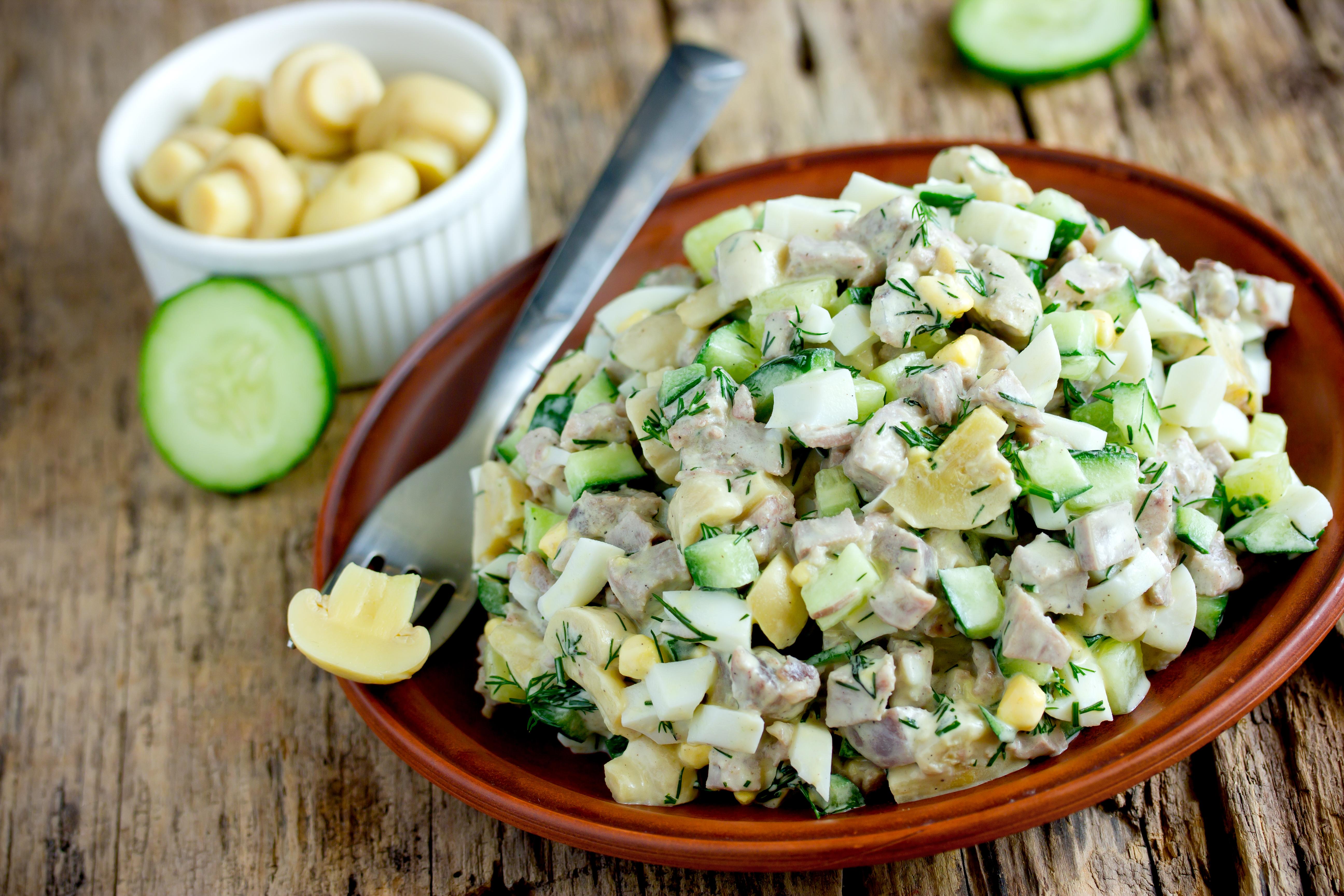 Салат с маринованными грибами, мясом и свежим огурцом