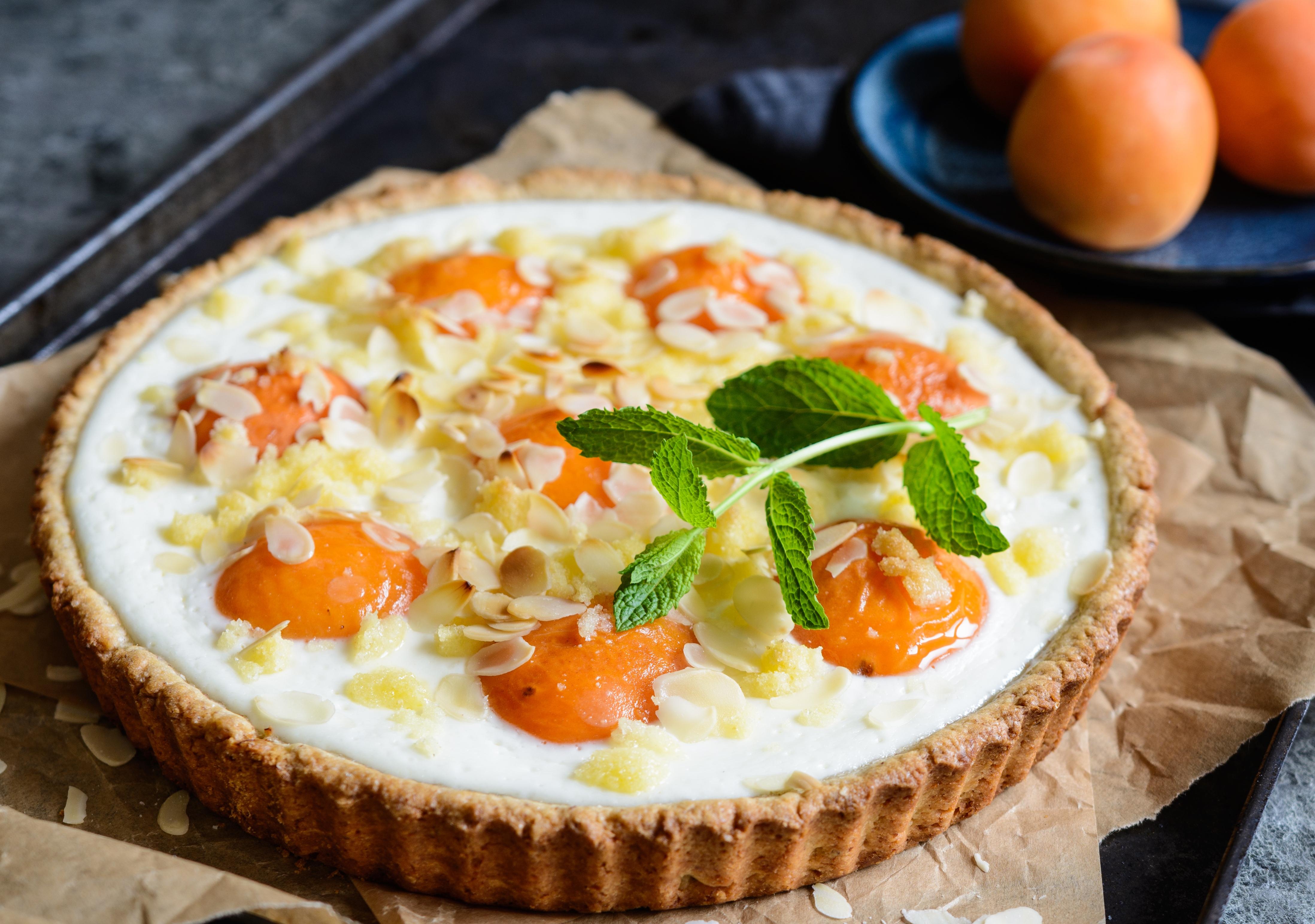 Пирог с абрикосами и миндальным кремом
