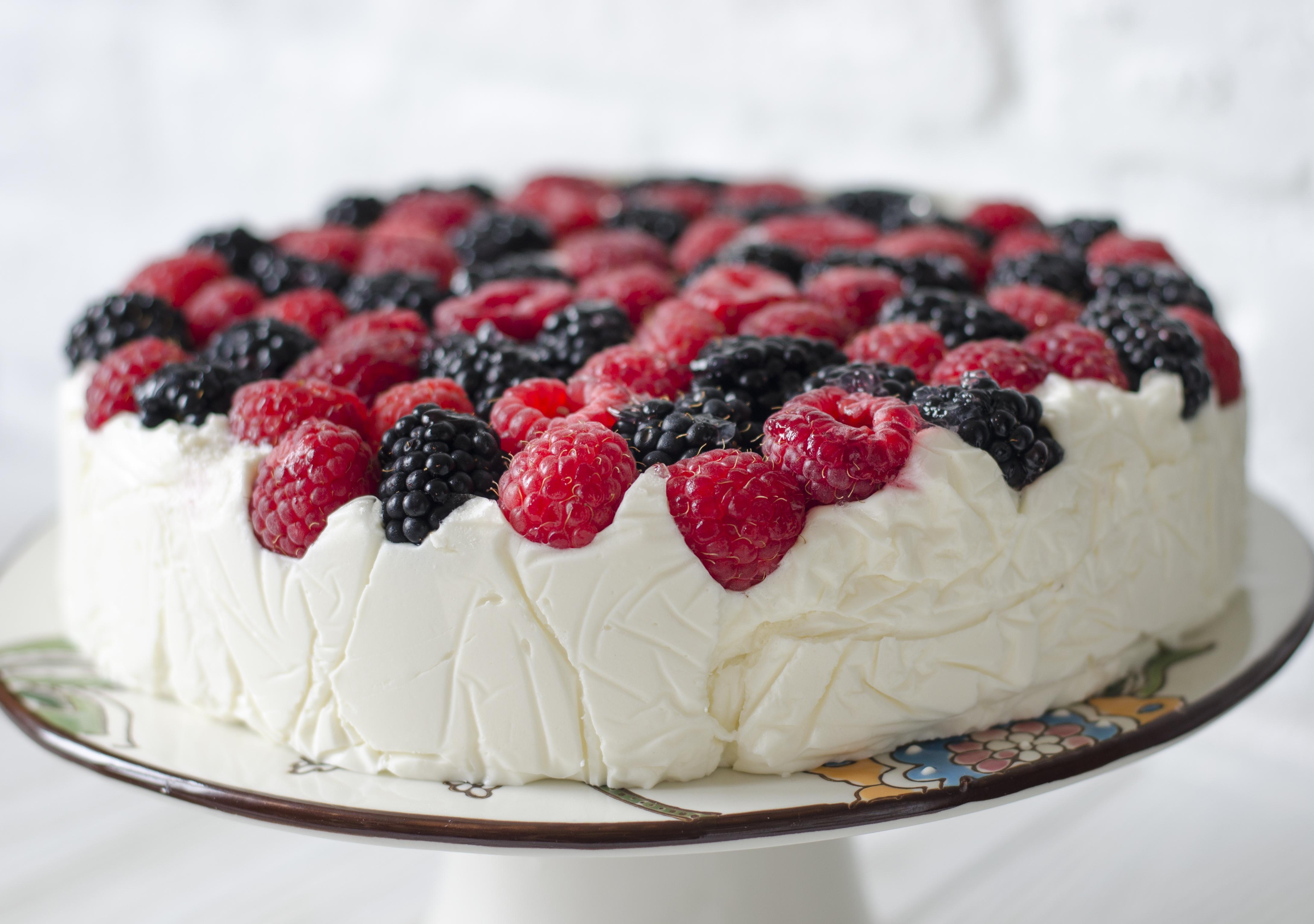 Творожный торт с ягодами без выпечки