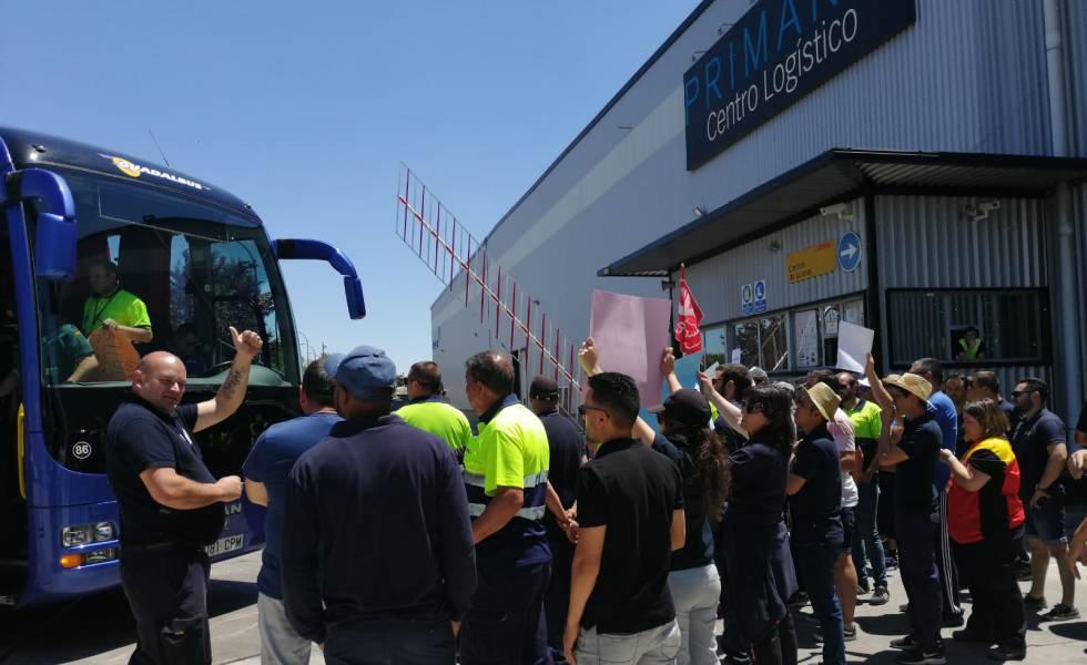Photo of La plantilla del almacén que abastece a Primark en España inicia una huelga indefinida