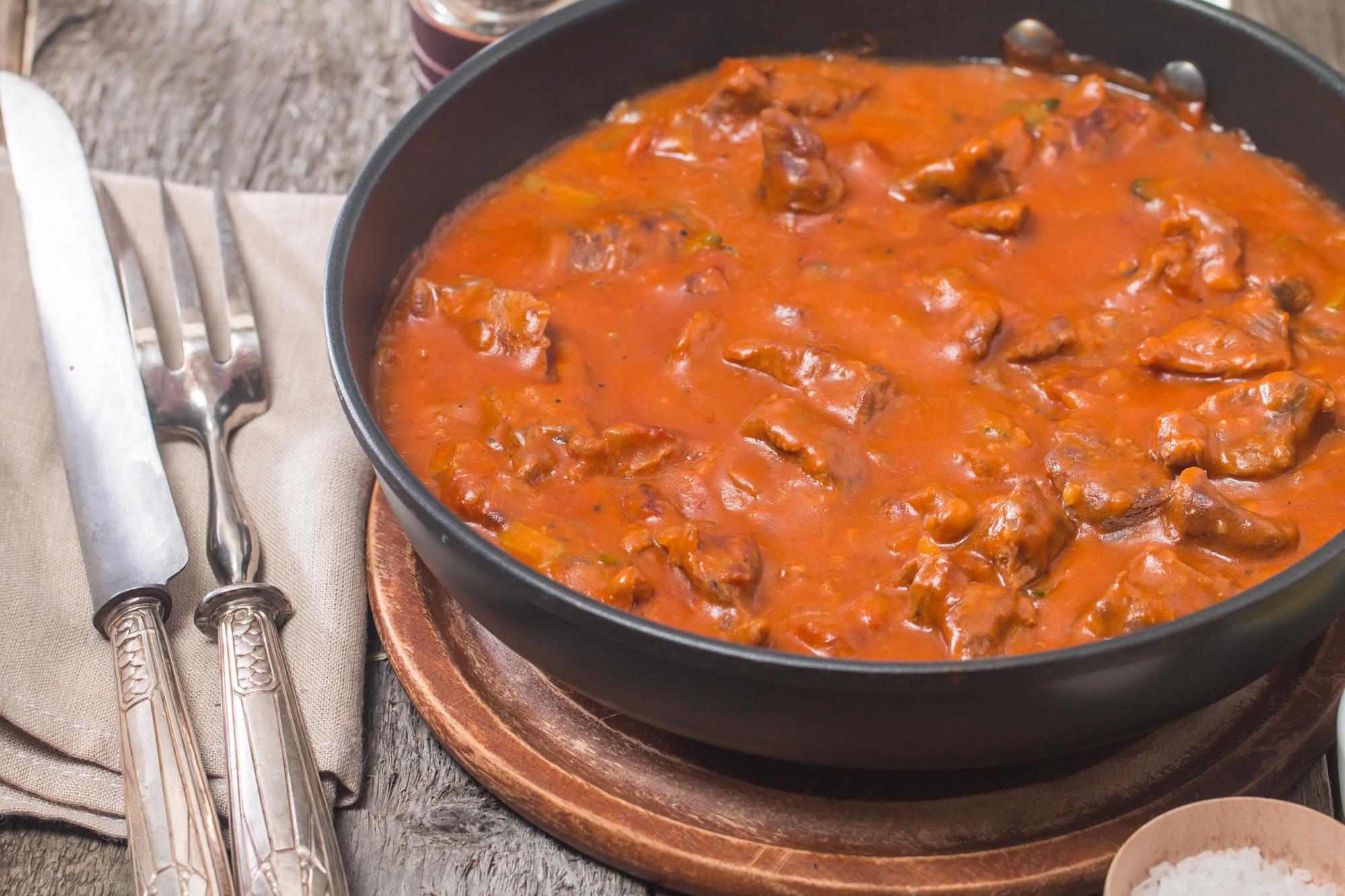 Тушеная говядина в томатном соусе
