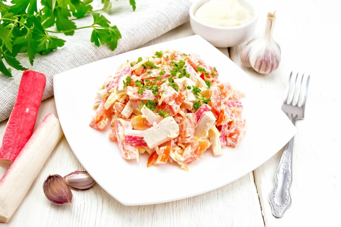 Быстрый салат с крабовыми палочками