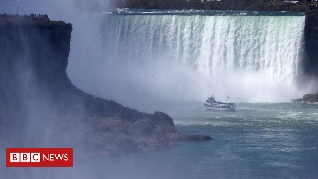 Photo of Man survives plunge over Niagara Falls waterfall