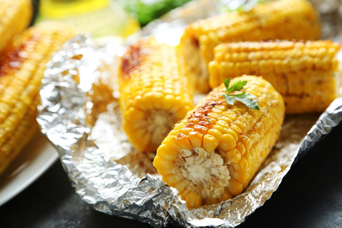 Ароматная запечённая кукуруза со сливочным маслом и чесноком
