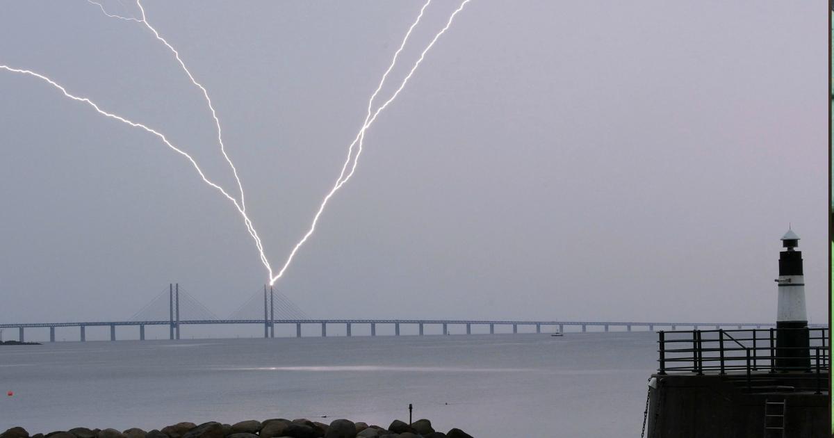 Восемь человек пострадали на пляже Флориды из-за удара молнии