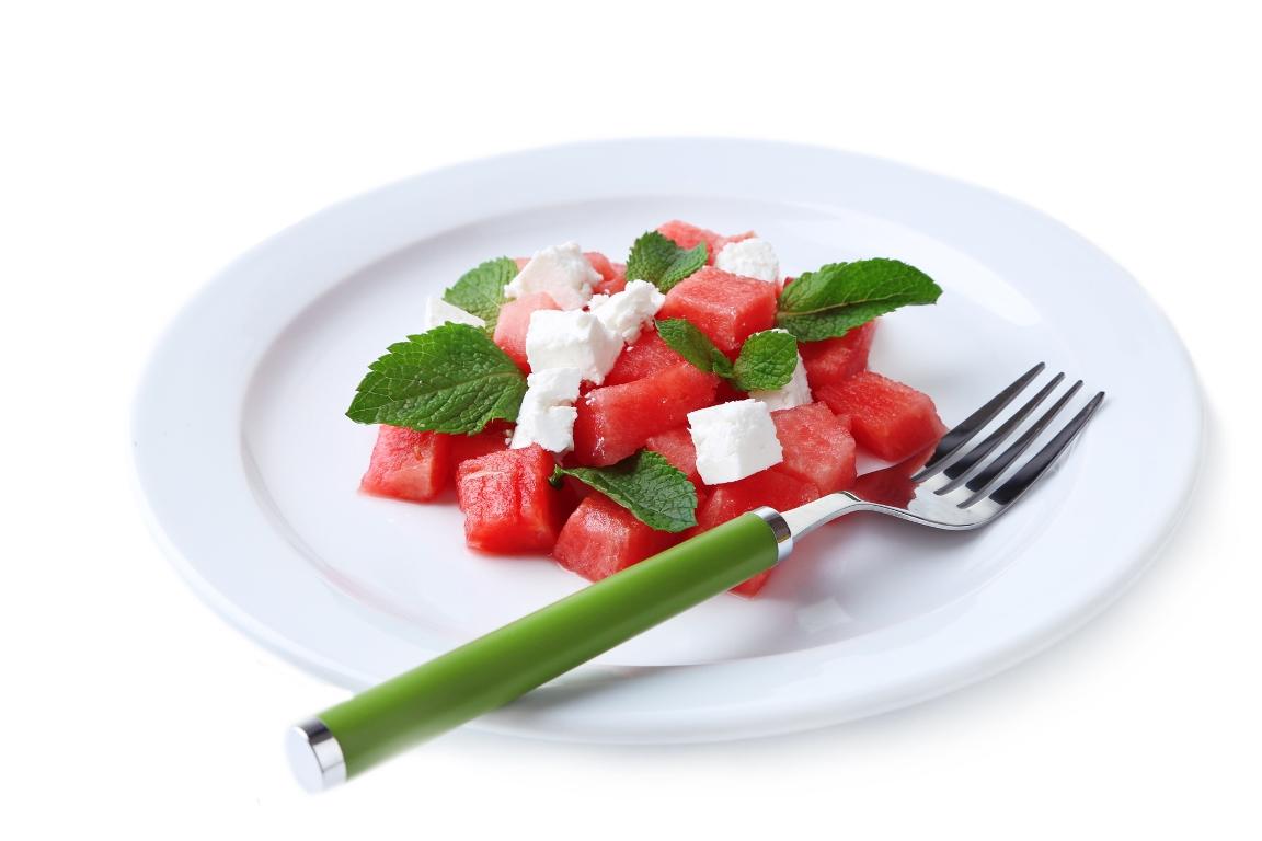 Летний салат с арбузом, фетой и мятой