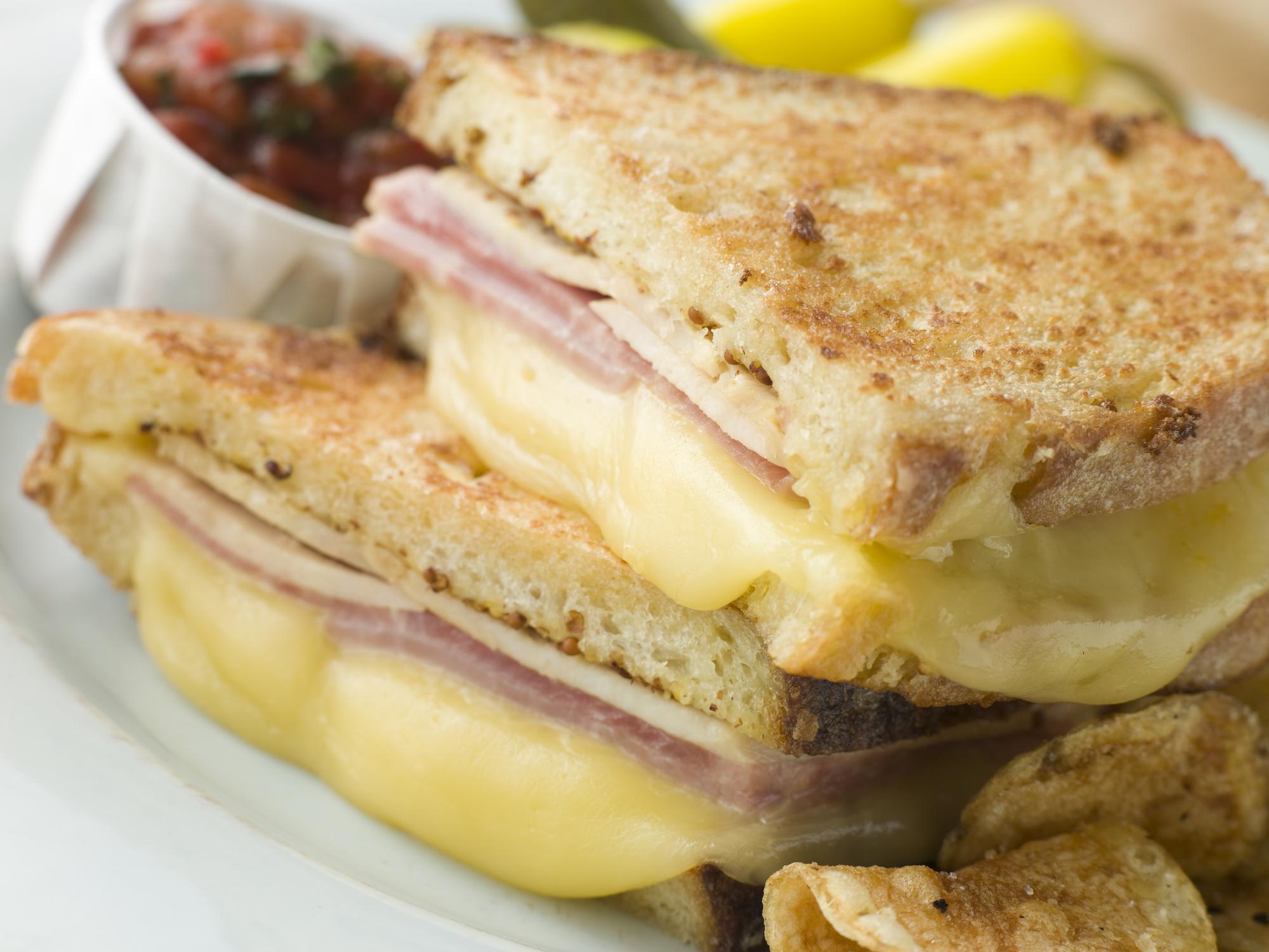 Хрустящий сэндвич с ветчиной и сыром