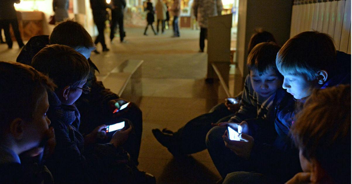 С 1 сентября в школах ограничат использование мобильных. Как это будет?