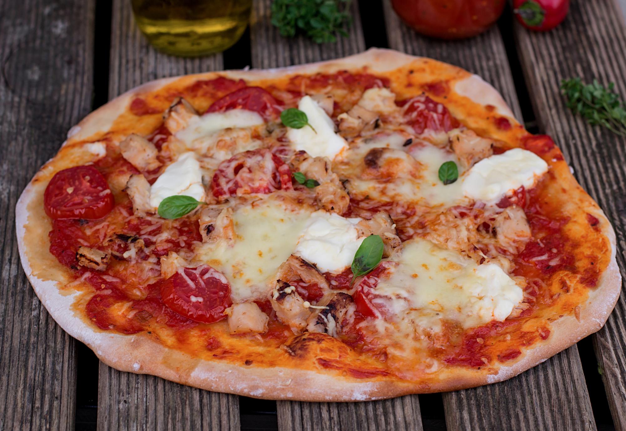 Пицца в домашних условиях с курицей, помидорами и сыром